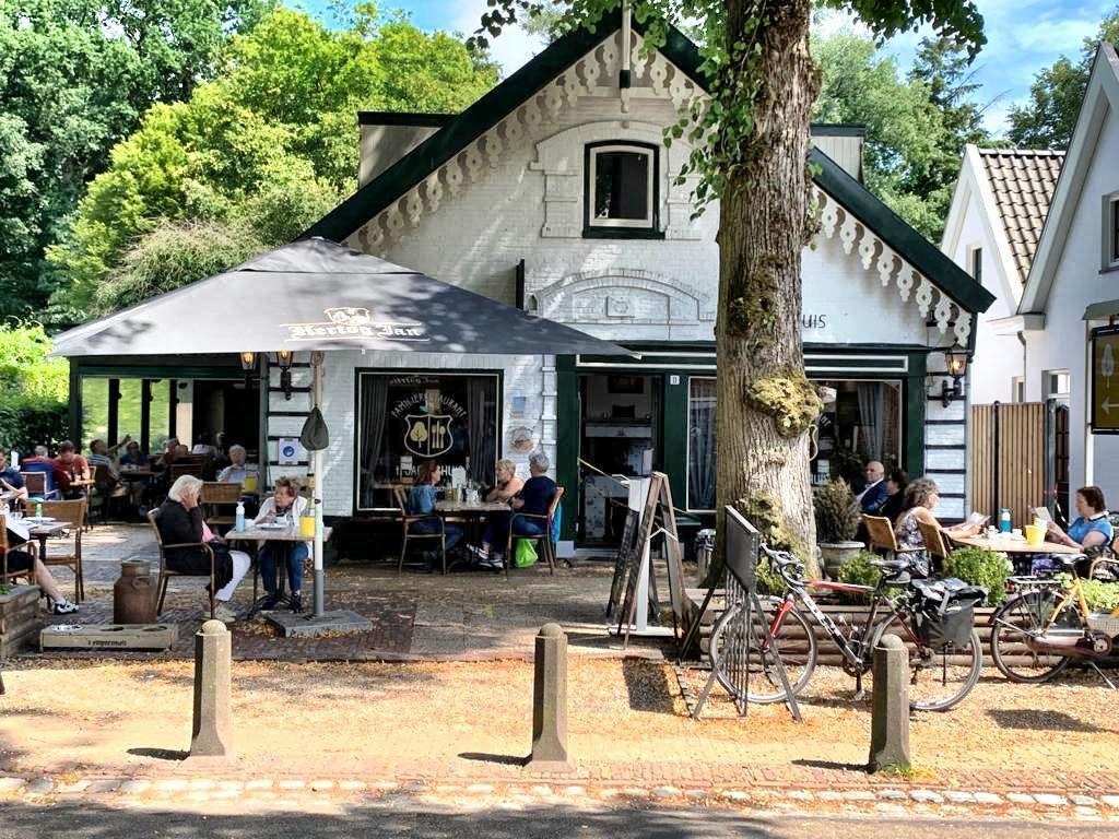 Terrassentest: Serveerster laat zich op druk terras van 't Jagershuis in Lage Vuursche niet gek maken en blijft vriendelijk