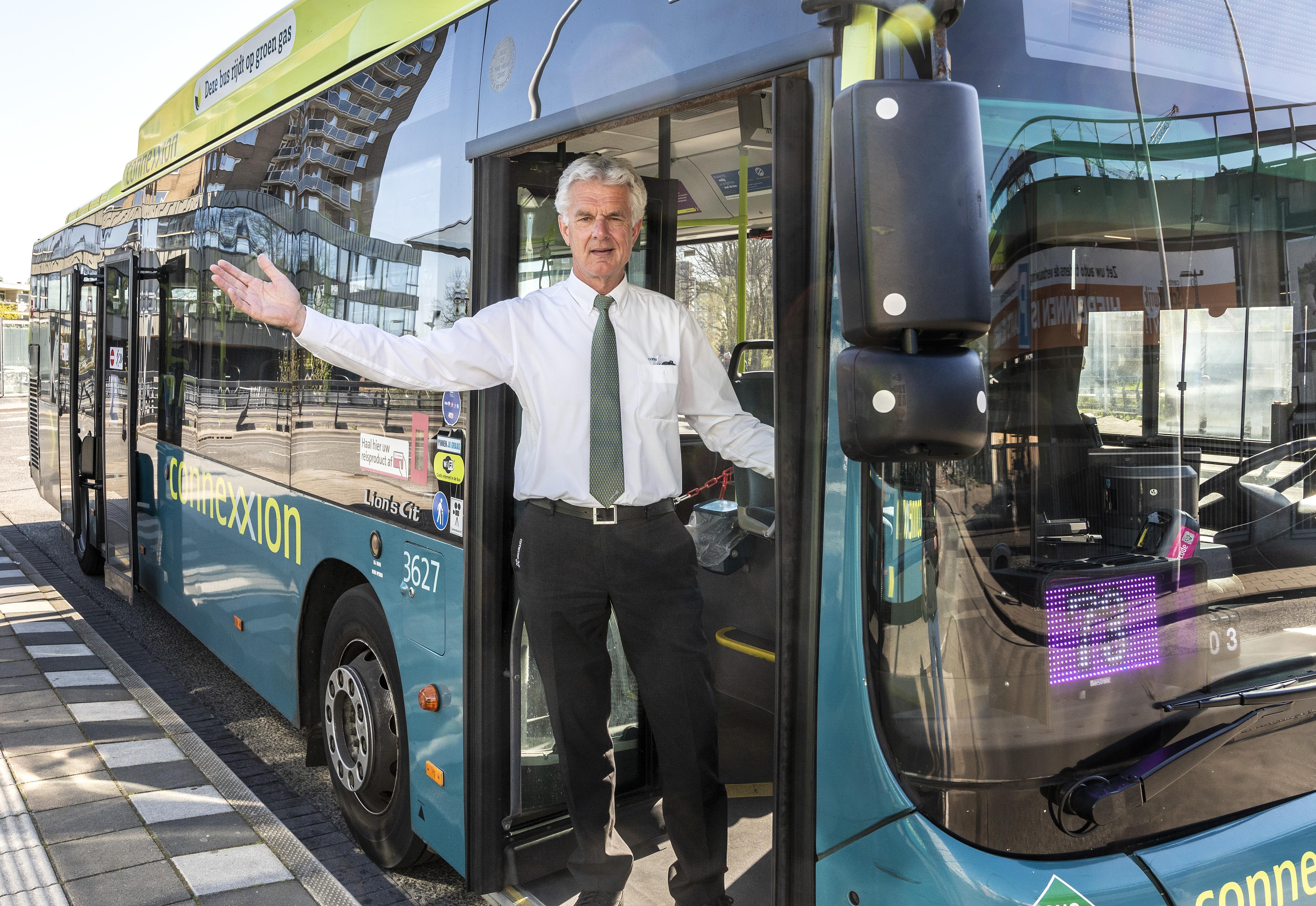 Opeens zat het halve kabinet Rutte-II bij Velserbroeker Bert Loerakker in zijn bus