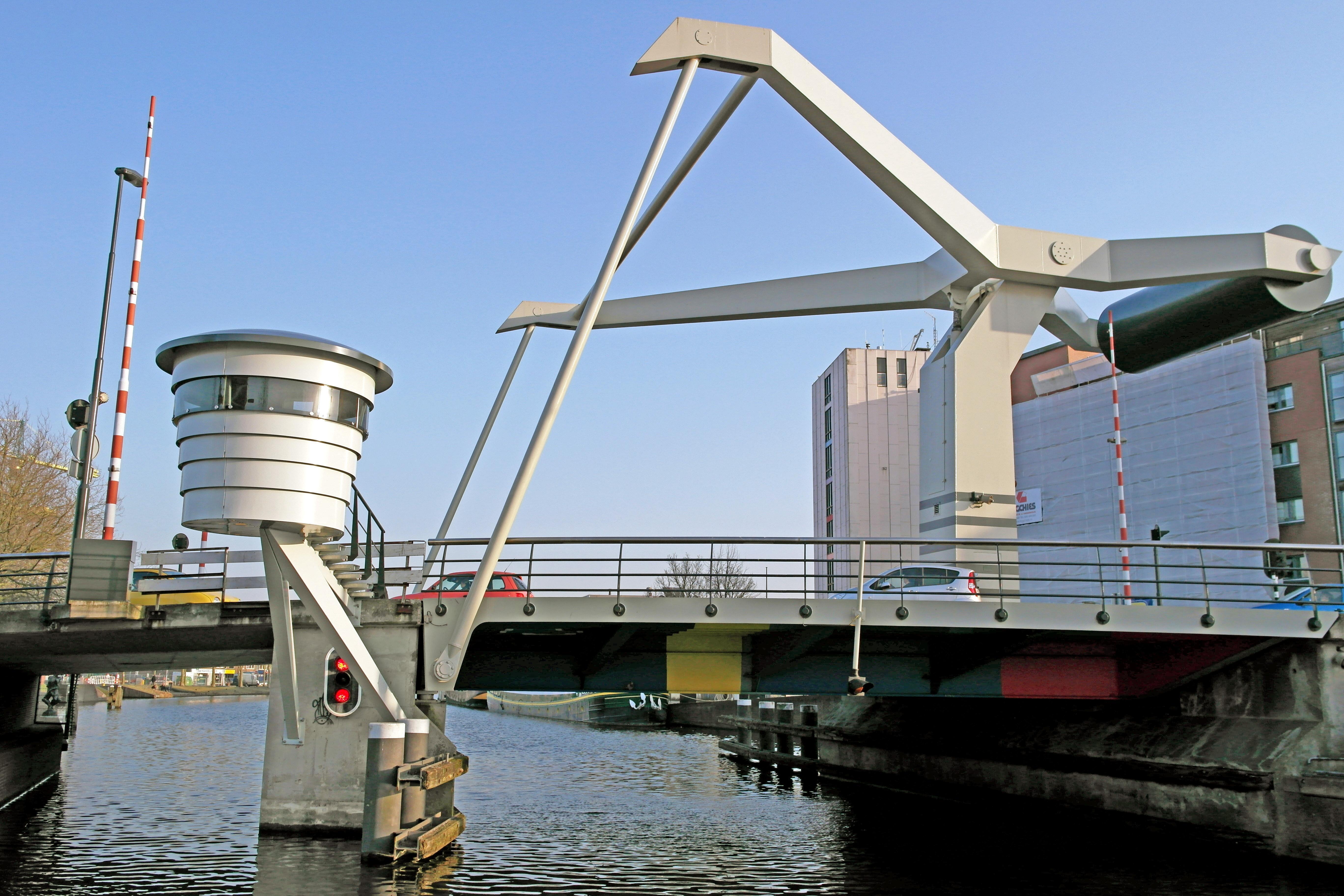 Lange wachttijden voor 'de Verfroller': defect waardoor brug langzaam open en dicht gaat [update]