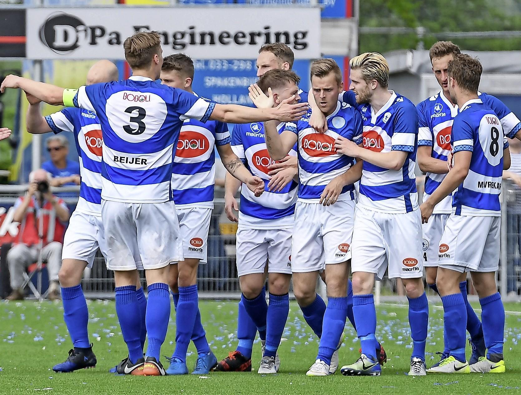 Volendamse spits schiet Spakenburg naar 'vrijwel zekere' titel derde divisie [video]