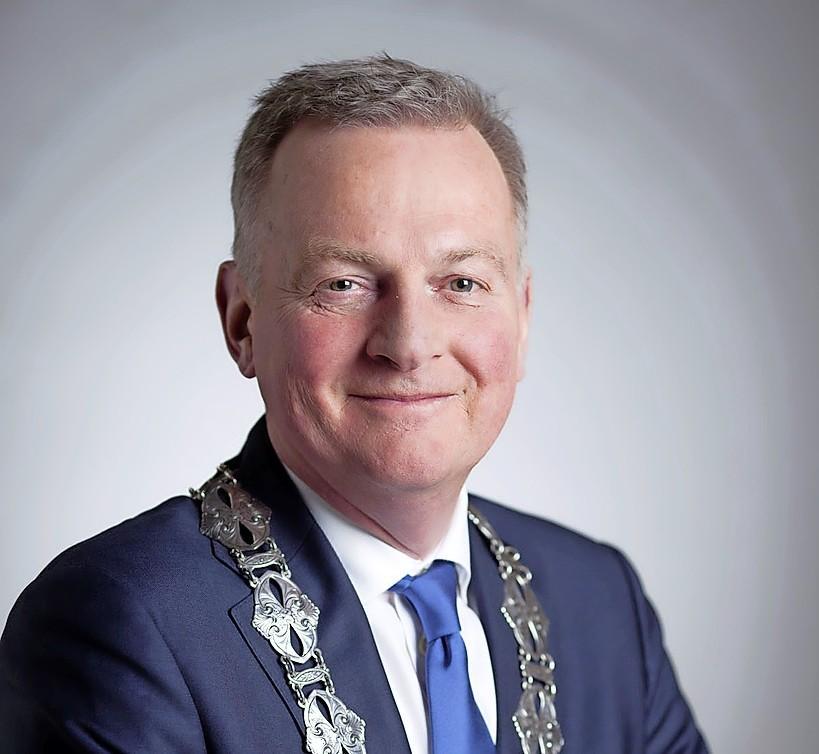 Burgemeester Frank Dales vindt kritiek na rellen in Velsen-Noord onterecht: 'Ik had geen blik ME'ers dat ik snel kon opentrekken'