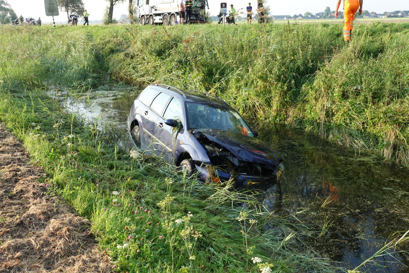 Vrachtwagen raakt bij Opmeer van de weg, chauffeur merkt niets van auto te water [update]