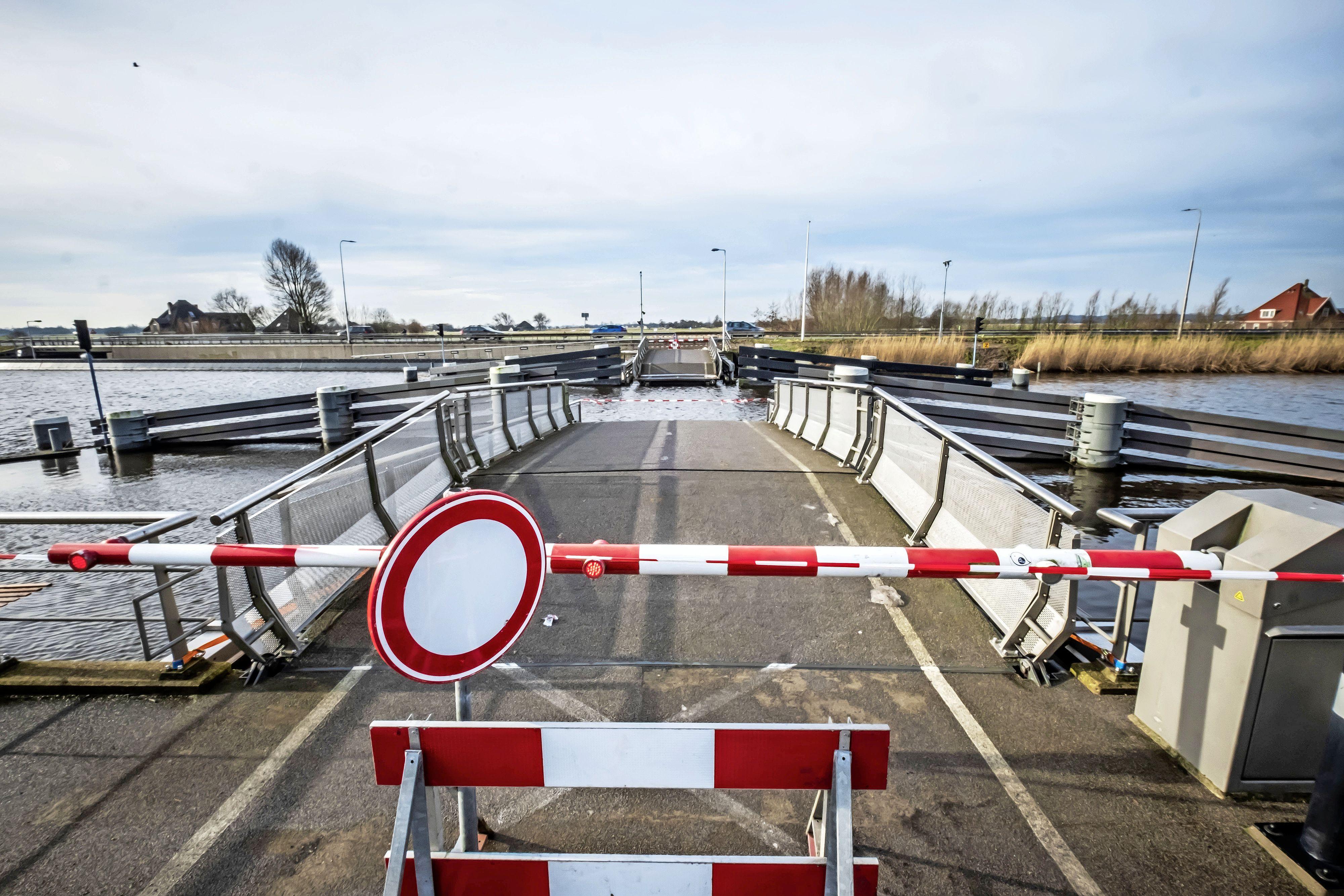 Bijna alle onderdelen van de Rekervlotbrug in Koedijk zijn zwaar beschadigd door aanvaring. Provincie denkt aan tijdelijk pontje
