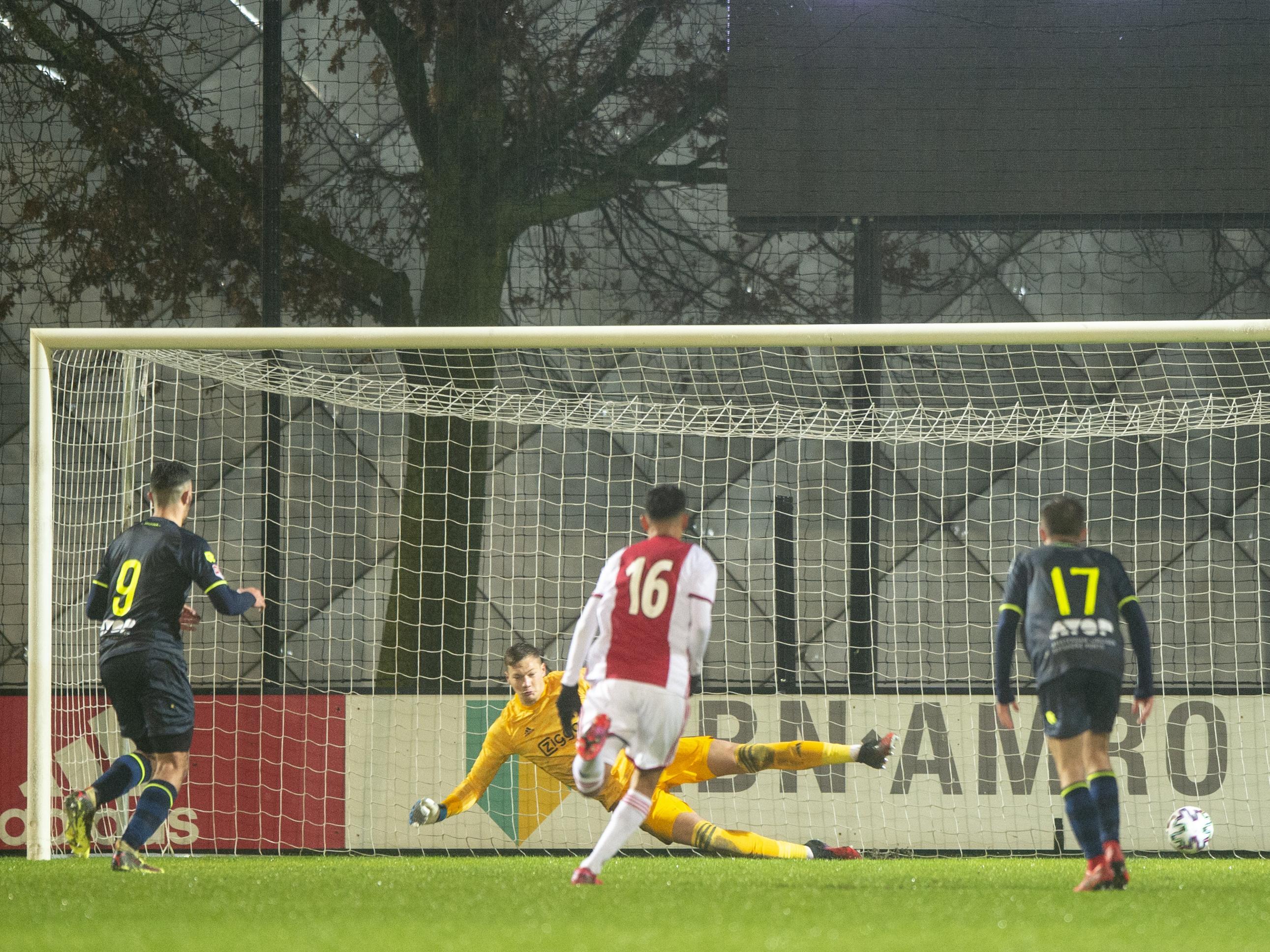 Basisdebutant Cas Dijkstra belangrijk bij comeback van Telstar tegen Jong Ajax: 'Ik was superblij, hier doe je het voor'