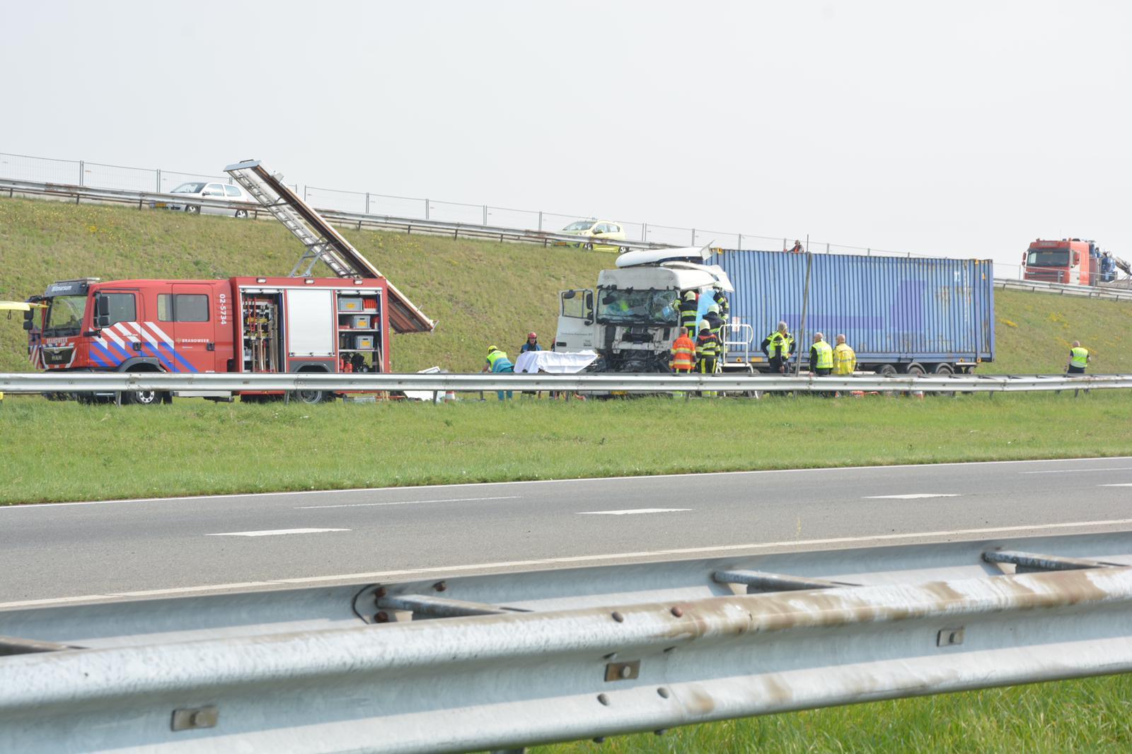 Ongeval met twee vrachtwagens op Afsluitdijk, traumaheli ingezet