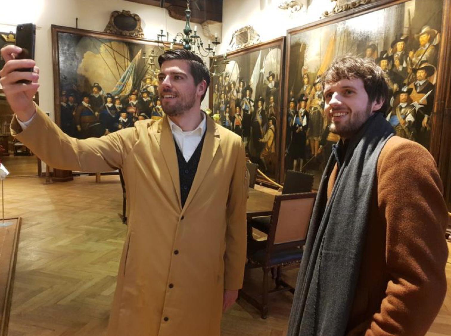 Twee eind twintigers maken Instagram-posts van hun bezoek aan Noord-Hollandse musea; ze zijn altijd op zoek naar verhalen met de 'wow'-factor [video]