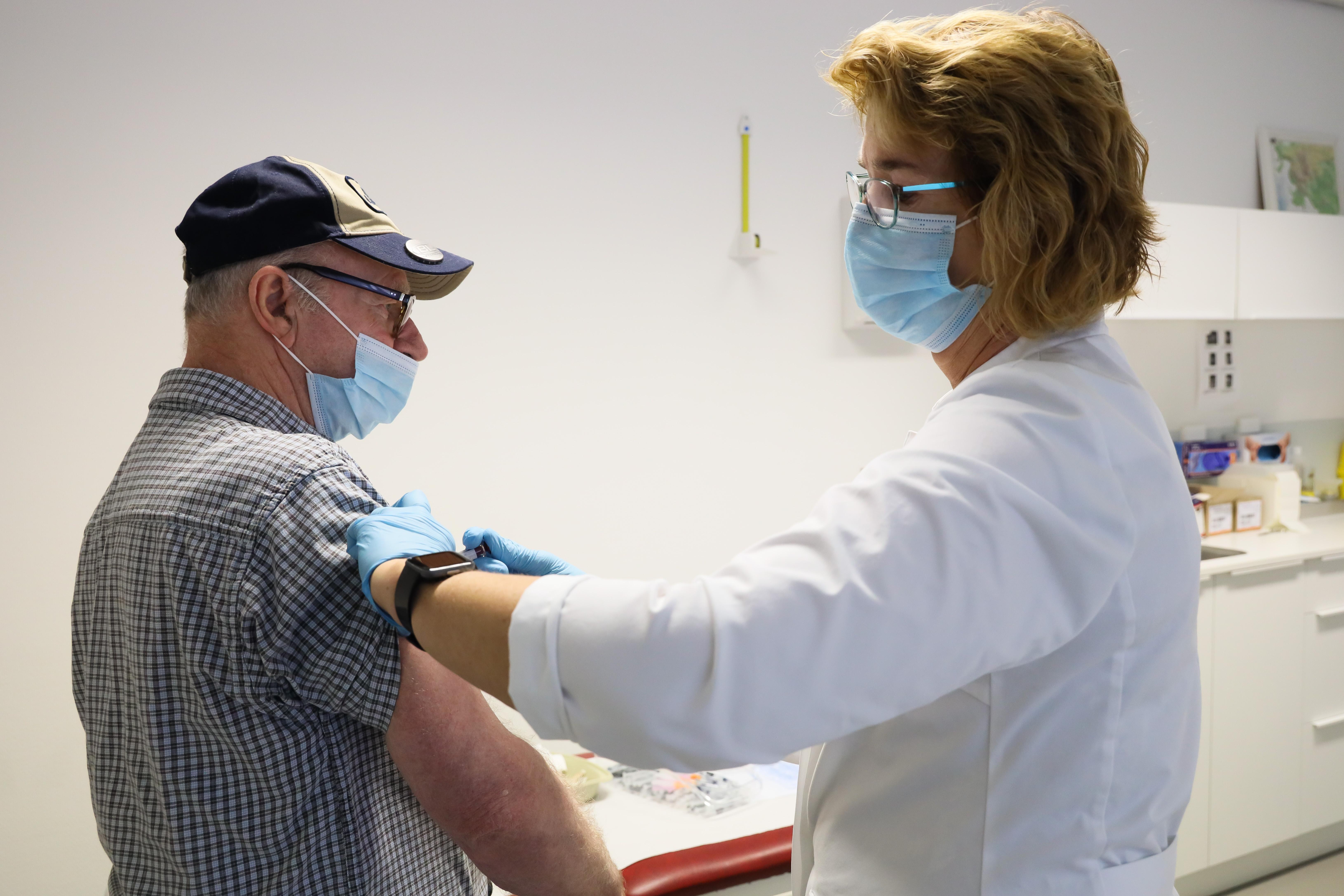 Wachtlijsten griepprik door hoge opkomst: 'Het is patiënten moeilijk uit te leggen dat er tekorten zijn'