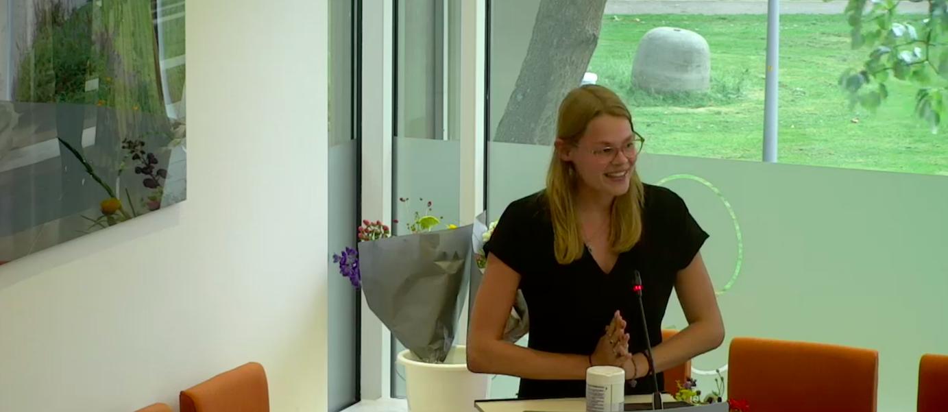 Hillegoms jongste raadslid ooit hield haar vader nipt uit de gemeenteraad, nu maakt ze vanwege haar studie plaats voor... haar vader