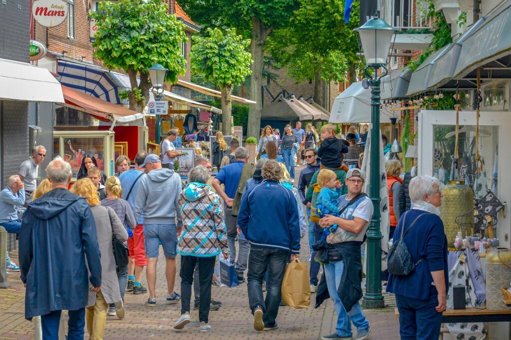 Texel neemt nieuwe maatregelen om afstand te handhaven, officiële waarschuwing voor twee horecabedrijven