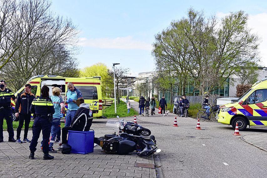 Twee scooters botsen in Leiden; bestuurder raakt zwaargewond