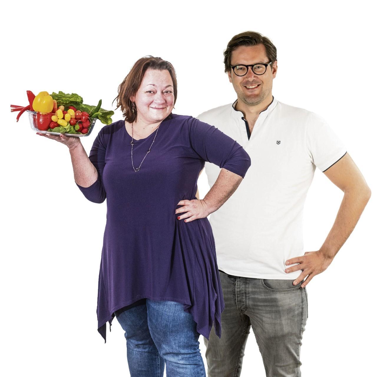 Redacteuren Lydia en Roy gaan minder vlees eten. 'Liever kattenvoer,' zegt hij en kwat zijn vegetarische minifrikandel in de prullenbak (aflevering 2)