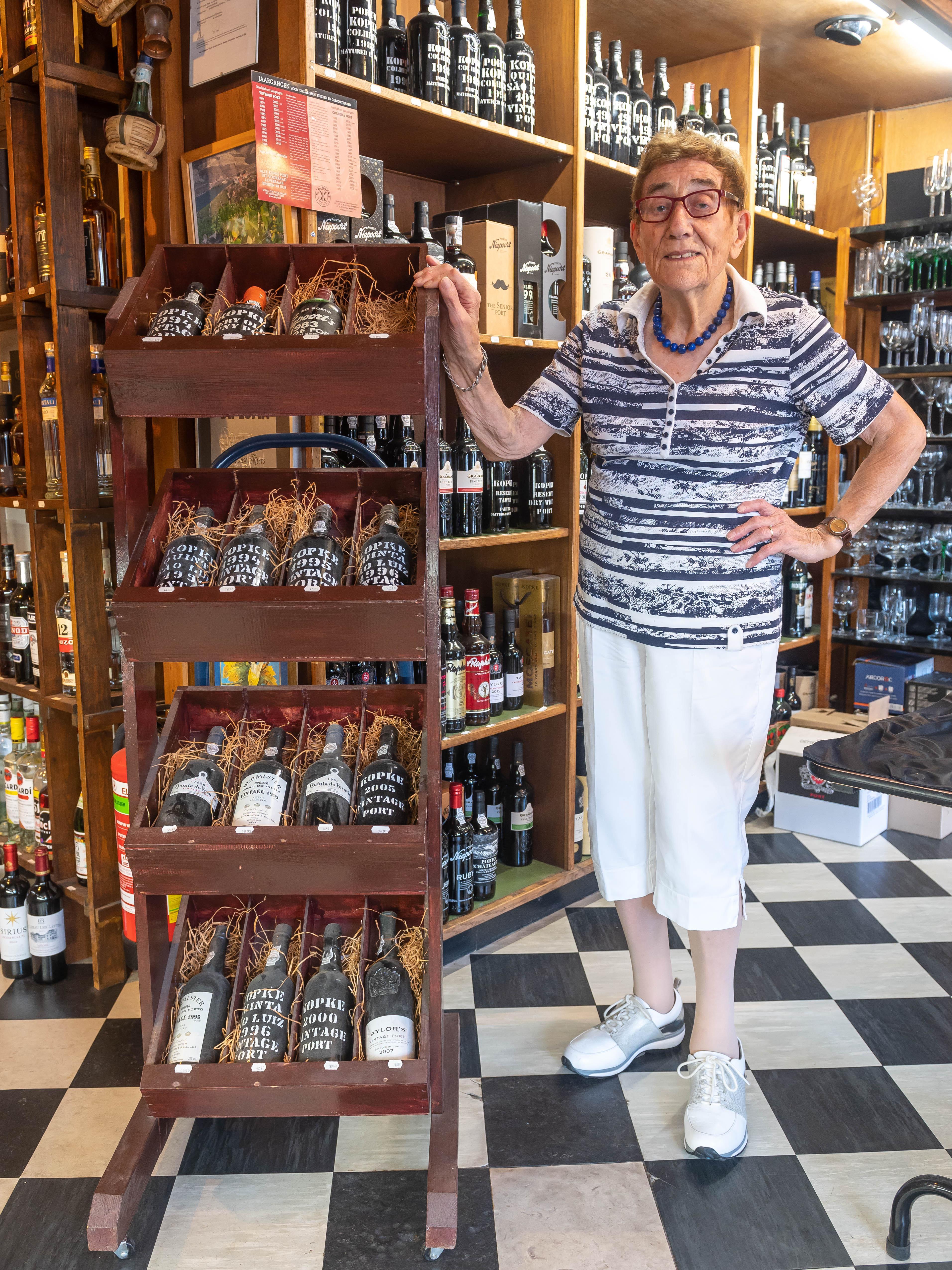 91-jarige 'Mevrouw' Meijer staat nog elke dag in haar eigen wijnzaak in Wormer. 'Bang voor corona? Meneer, een mens kan niet blijven leven, hè'
