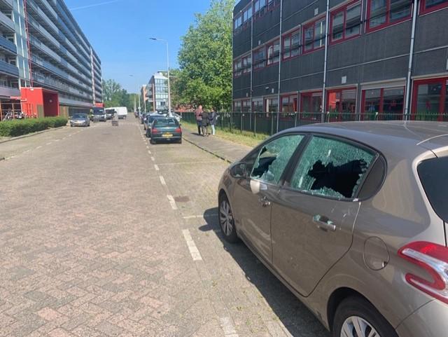 Ruiten van zeventien auto's vernield in Alphen aan den Rijn