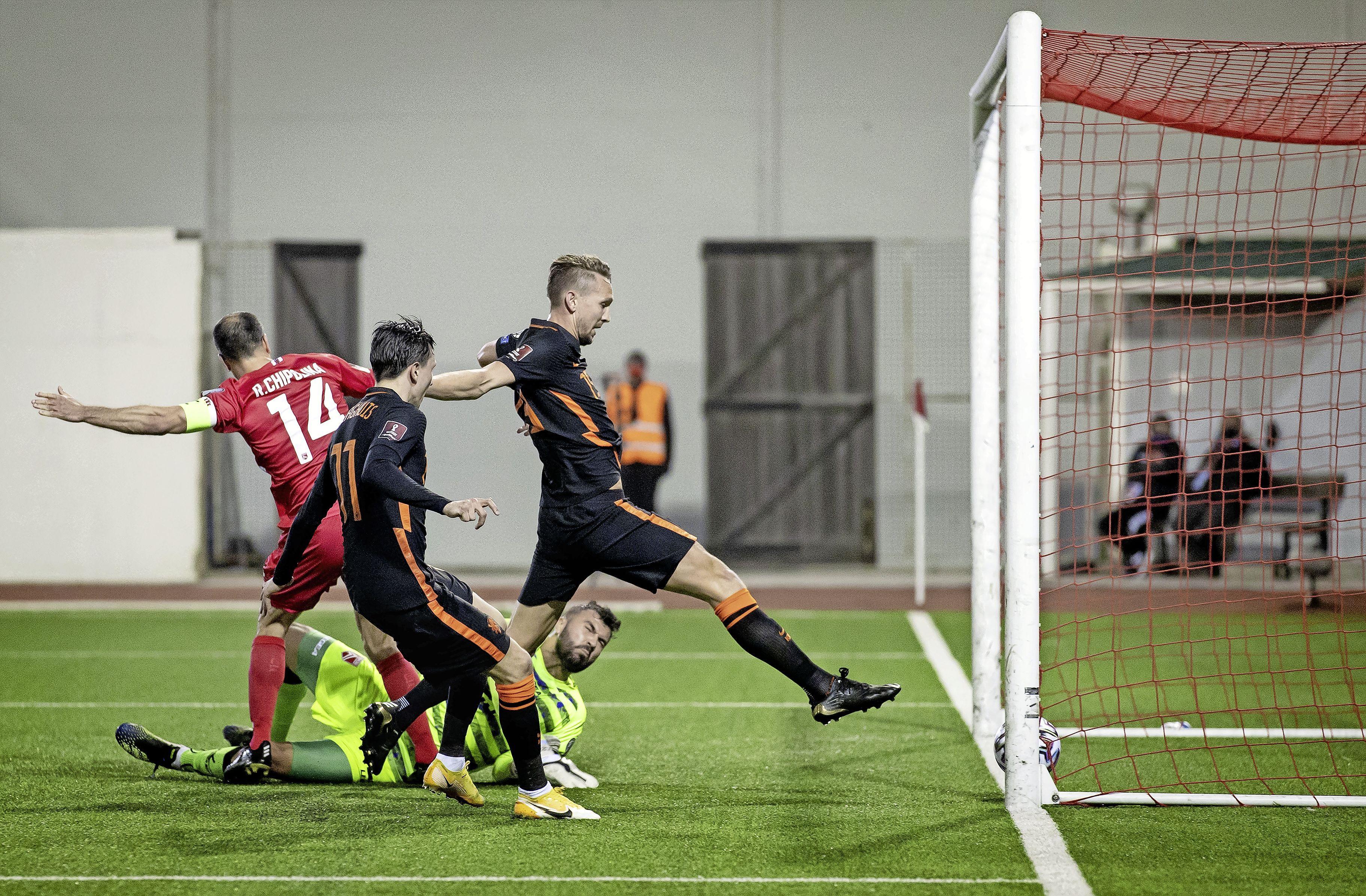 Oranje komt na een uur los tegen voetbaldreumes Gibraltar (0-7), maar ziet ook Daley Blind met ogenschijnlijk zware blessure uitvallen [video]