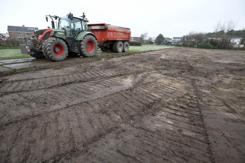 Het eerste grondwerk is gedaan. Bouw van huizen aan Denneweg in Callantsoog kan nu snel beginnen