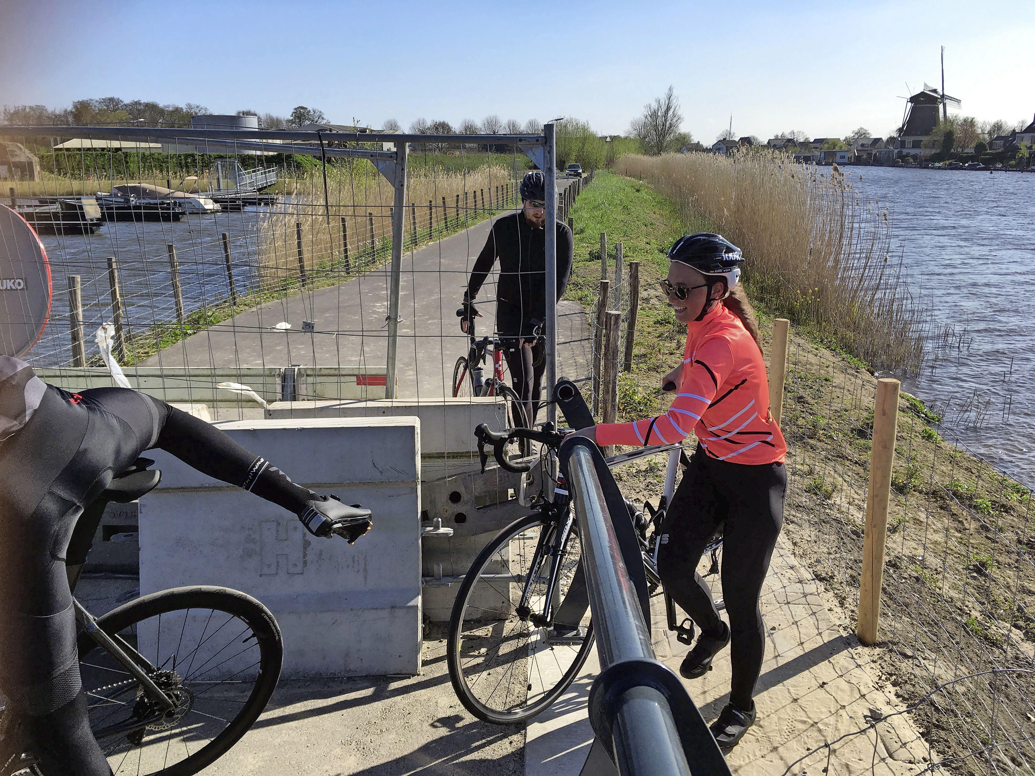 '83-jarige moeder' zorgt voor opening van de veelbesproken brug aan de Bergseweg in Vreeland. Maar de vraag is voor hoelang