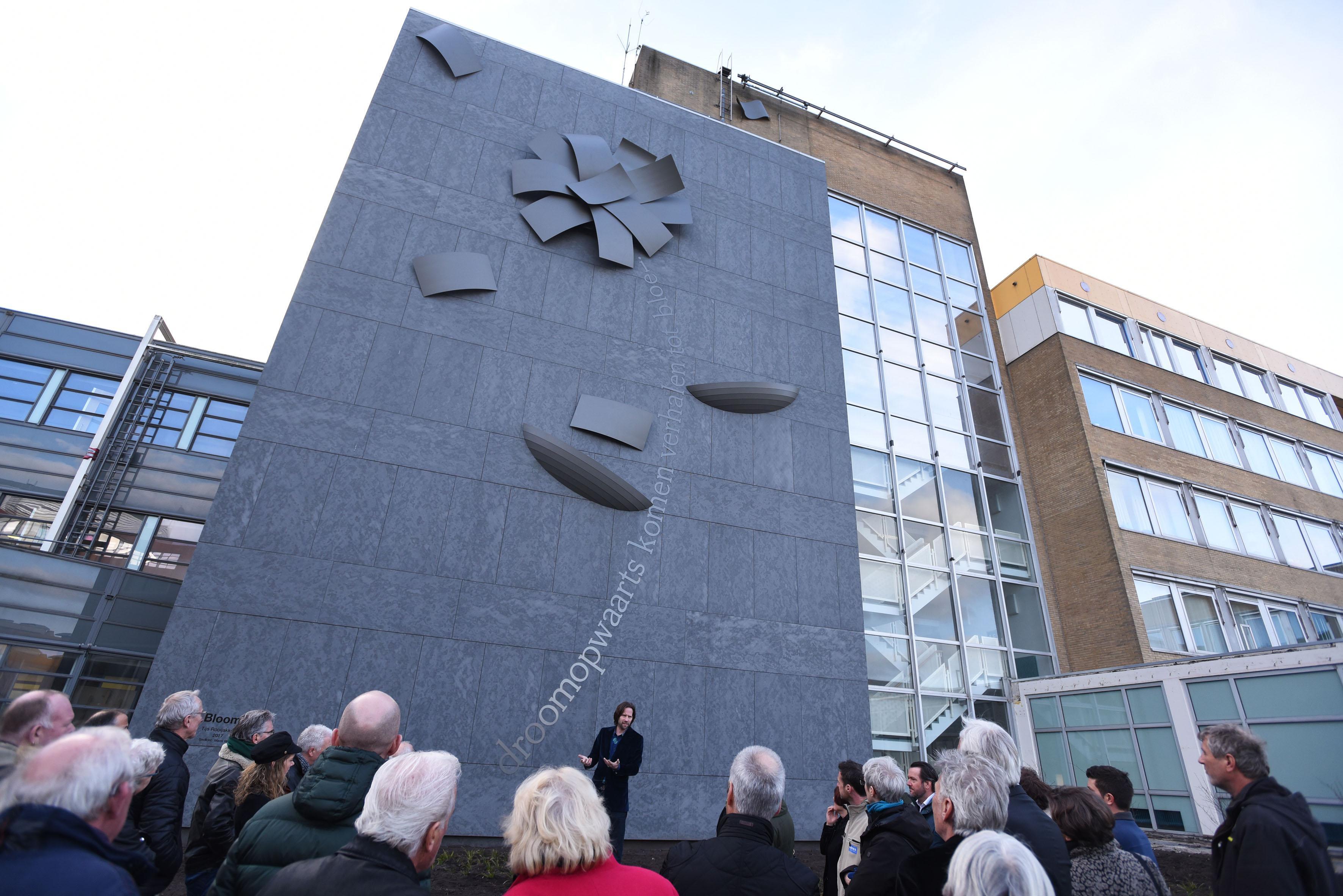Kunstwerk 'Bloom' komt uit gevel Westfriesgasthuis