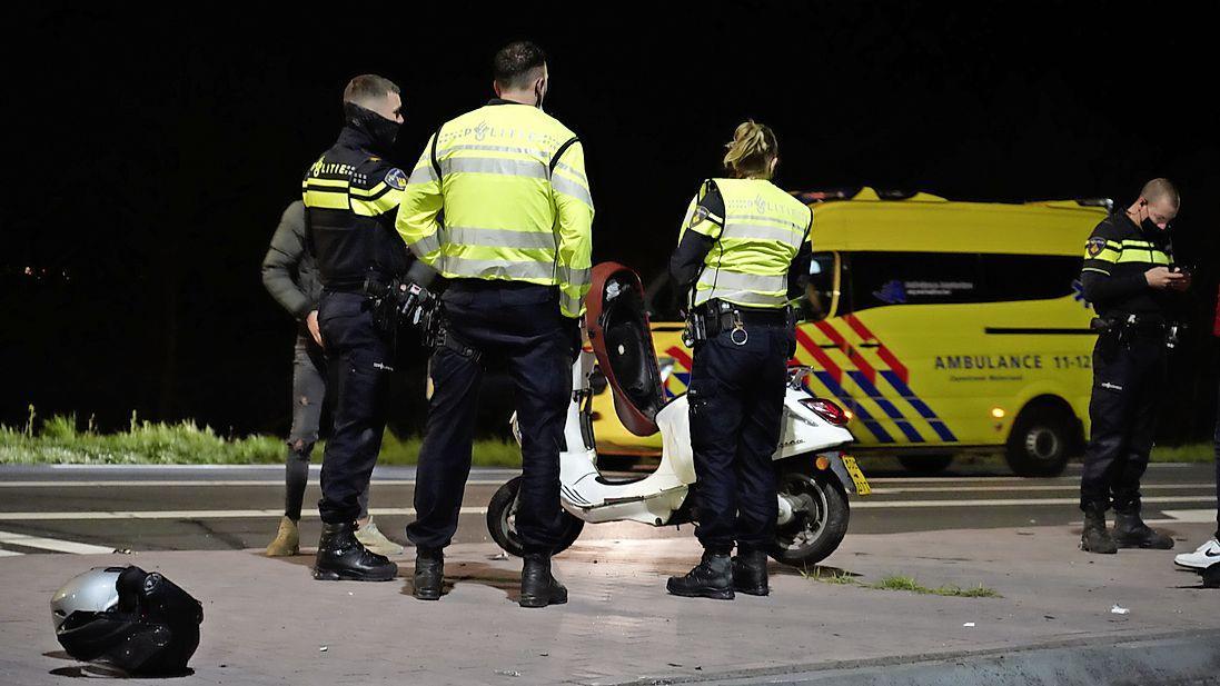 Scooterrijdster vliegt tien meter verder na aanrijding met auto in Zuidschermer, bestuurder gaat ervandoor