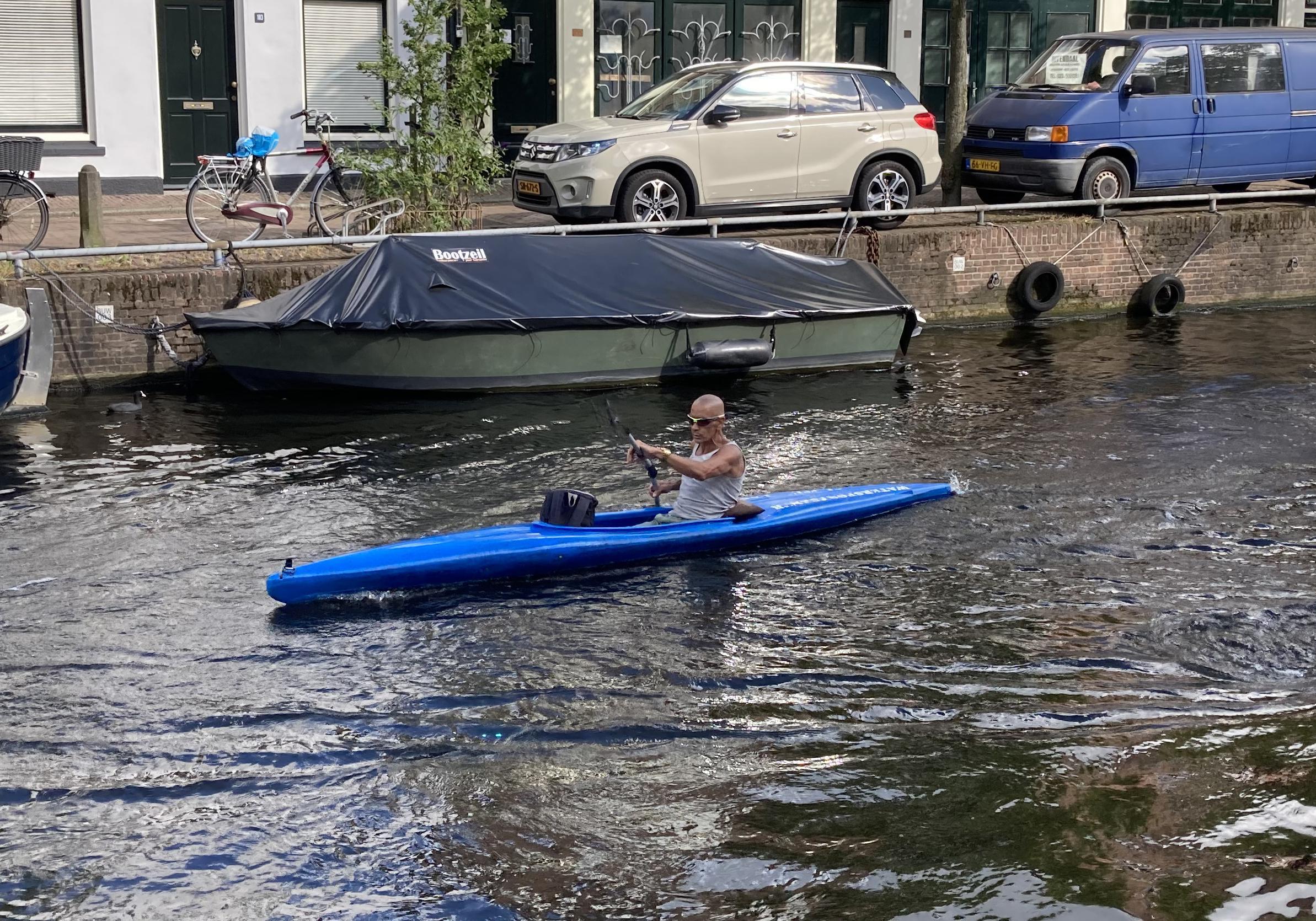 Robèrt Smit kanoot 100 kilometer per dag door de Haarlemse grachten. 'Ik wil zo fit mogelijk oud worden'