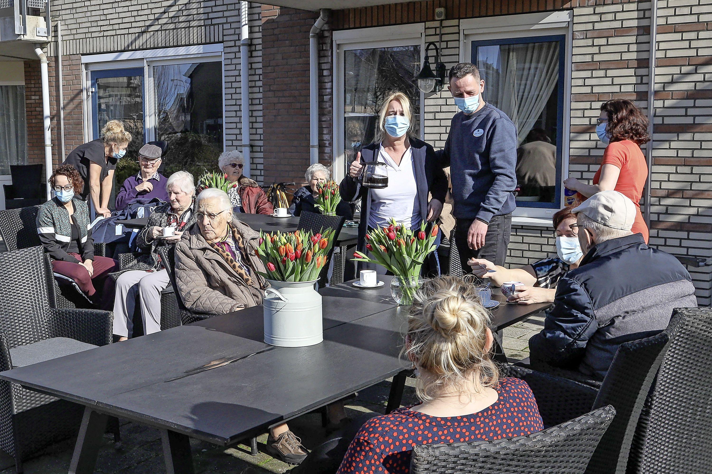 Ruim een jaar na de start van de coronapandemie in Nederland zijn er vijf locaties van zorgverlener Omring die moedig standhouden: tot op heden geen besmette bewoners. Hoe doen ze dat?