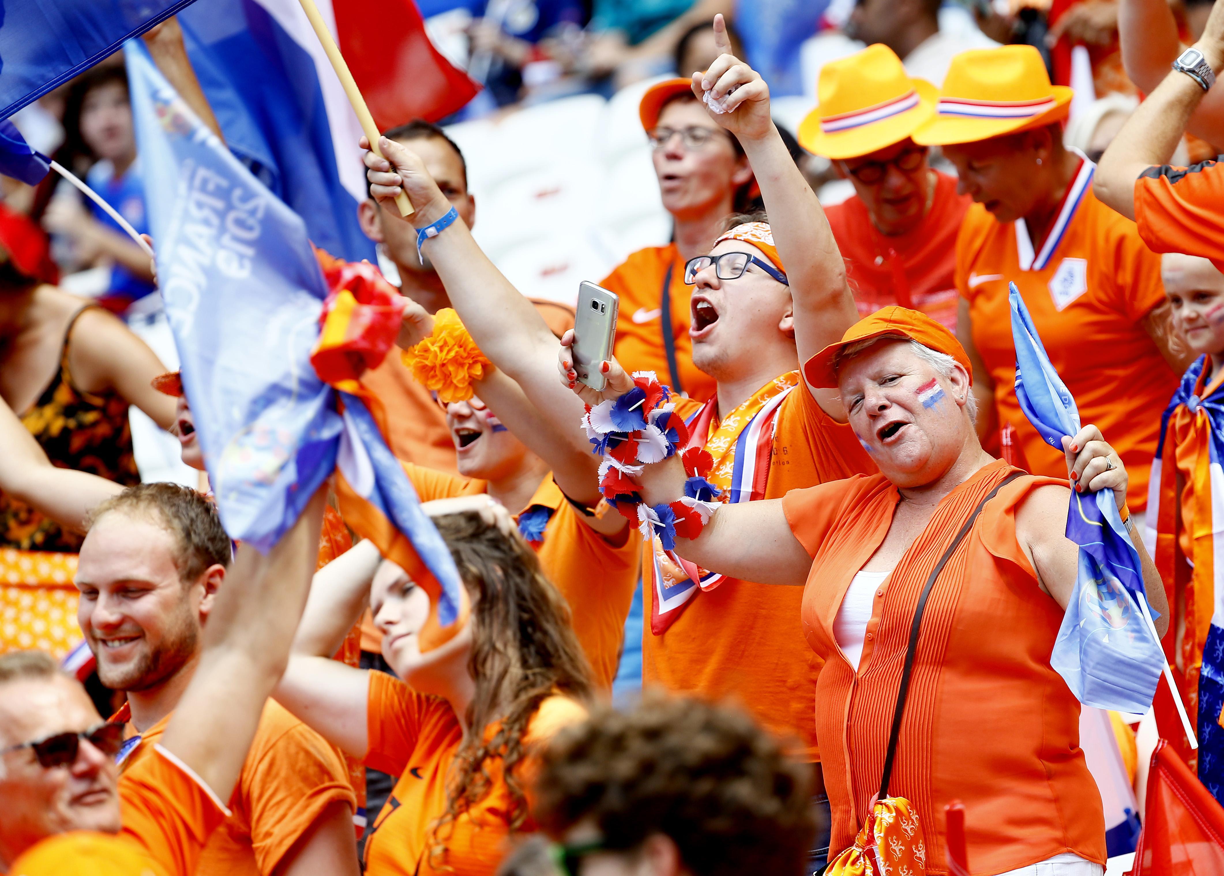 Lange zit voor Oranjefans bij eerste wedstrijd van Nederland in Amsterdam, maar mét tribunebezorging