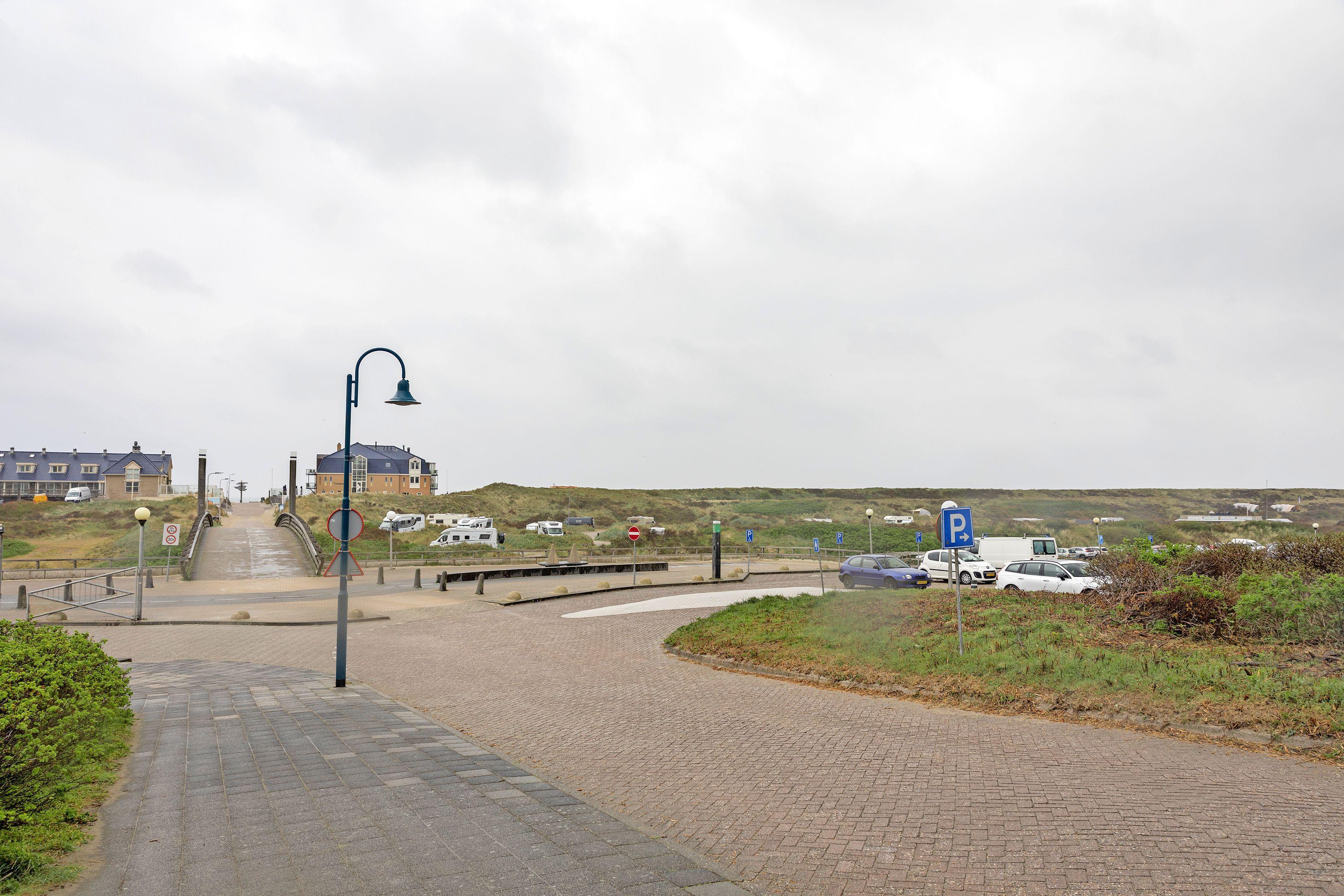 Een parkeergarage in de duinen zou een oplossing zijn voor de parkeerproblemen in badplaats De Koog