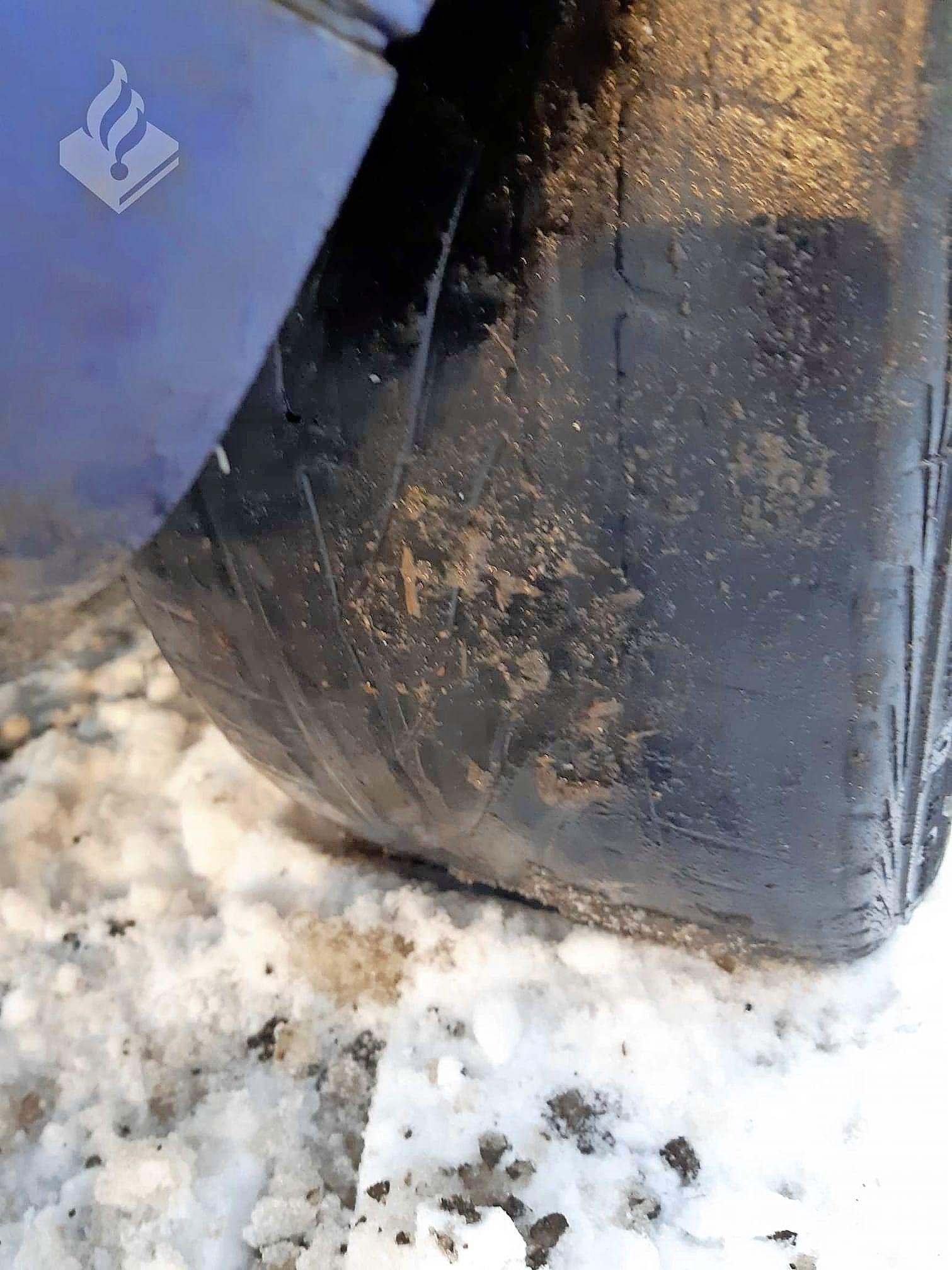 Bestuurder van tegen boom gecrashte auto krijgt proces-verbaal voor rijden met gladde banden op met sneeuw en ijs bedekte Rozendijk op Texel