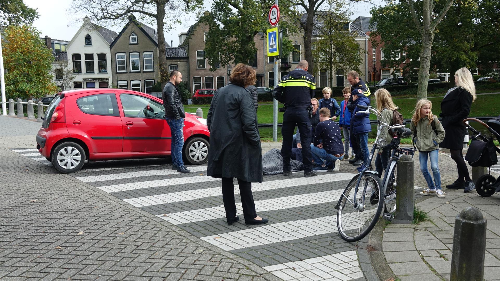 Fietser hard ten val bij botsing met auto in Alkmaar