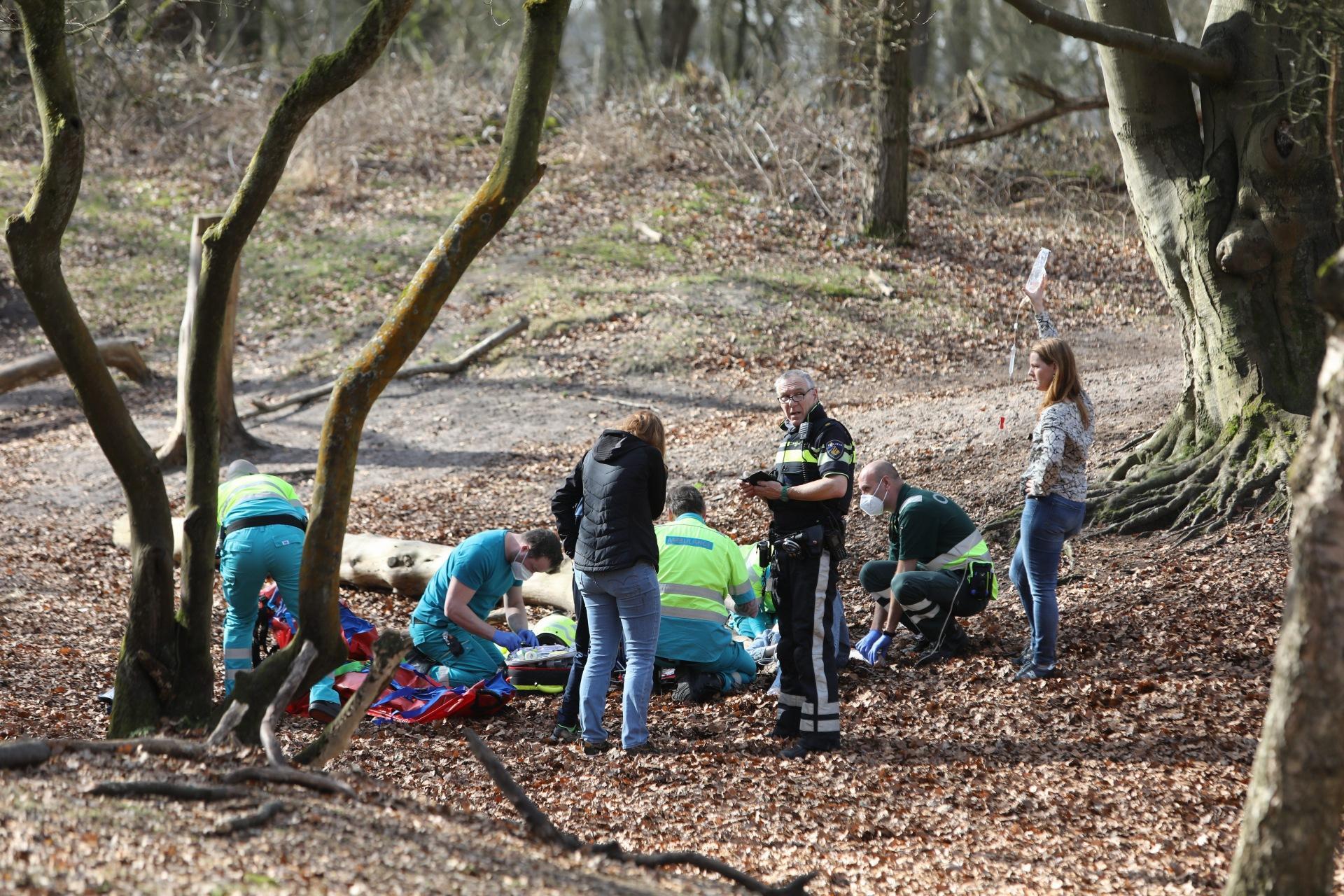 Meisje met spoed naar ziekenhuis na val uit boom in Laren