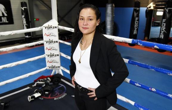 Vechtsportster Lorena Klijn maakt op 32-jarige leeftijd in Utrecht debuut bij Glory. 'Pijn? Wat is dat?' [video]