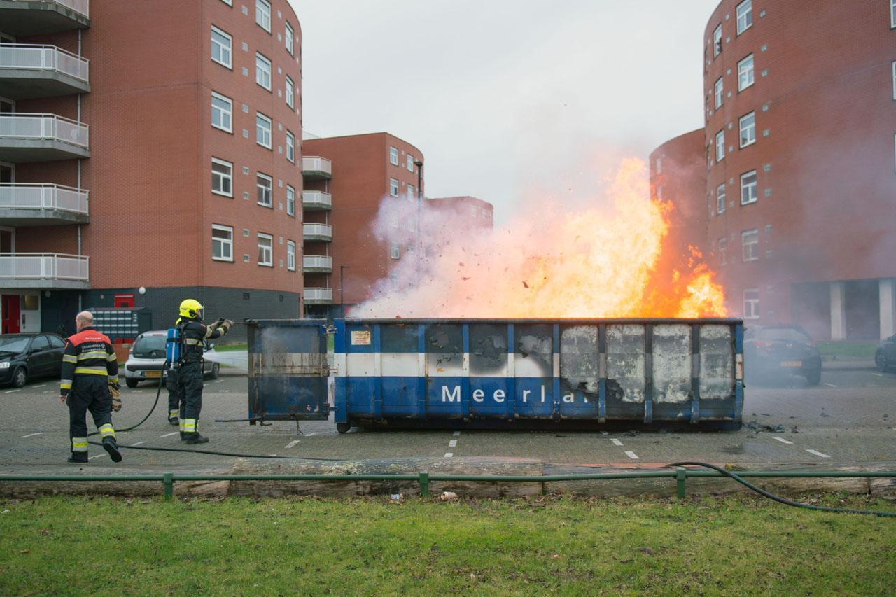 Container met grofvuil in brand op vrachtwagen in Hoofddorp