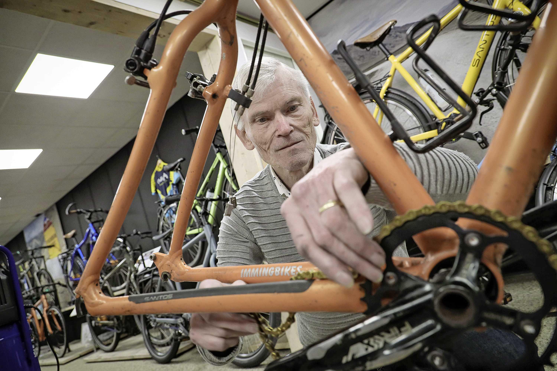 Elektricien Aart Frankfort (74) verkoopt nu fietsen. Klanten krijgen daar de mooiste verhalen bij. 'Ik heb de Tour gereden met tandwielen van Peter Post'