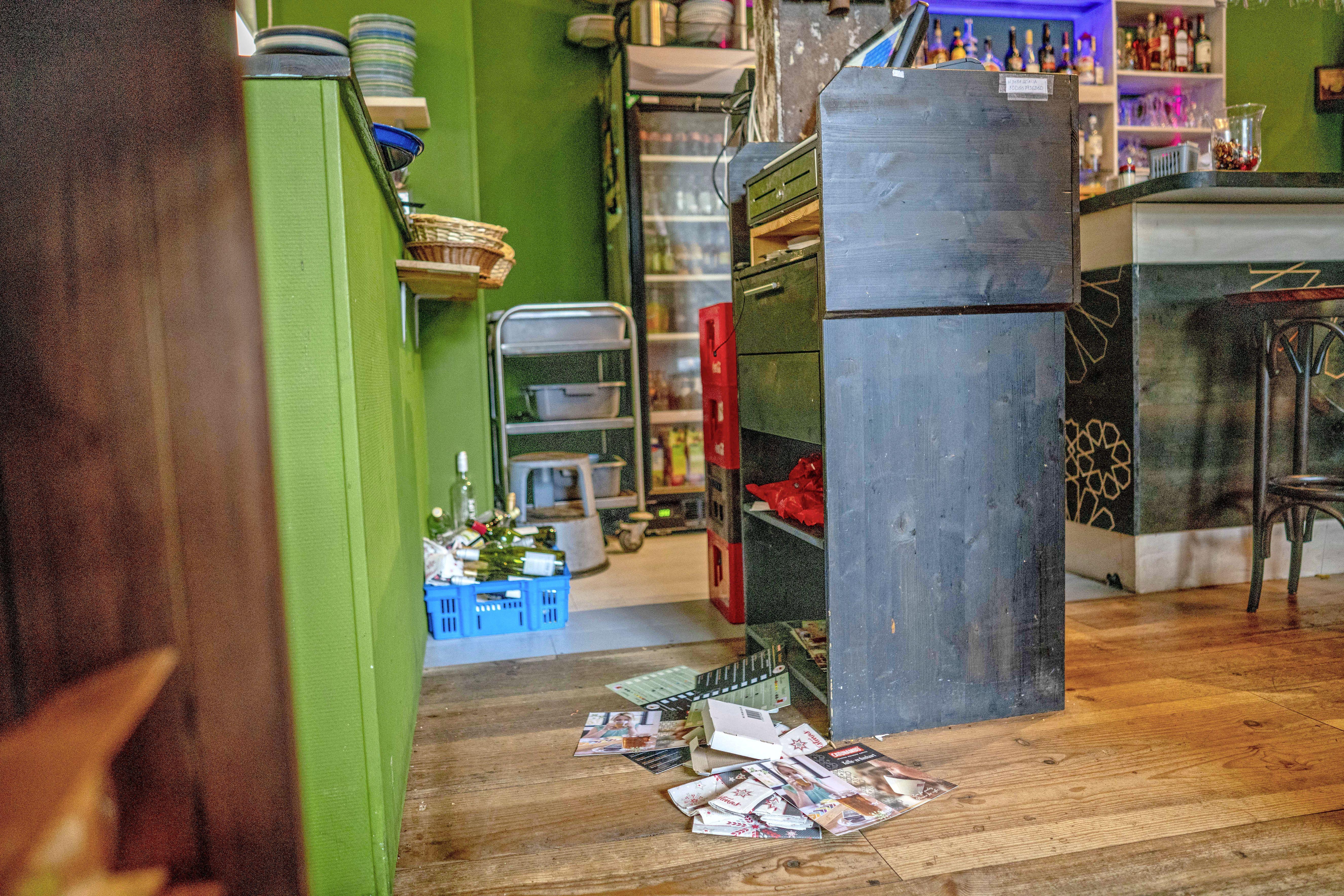 Inbrekers stelen de kluis uit horecazaak Kunst & Kitchen in Den Helder. De opvallende stem van een van de dieven doet hem mogelijk de das om