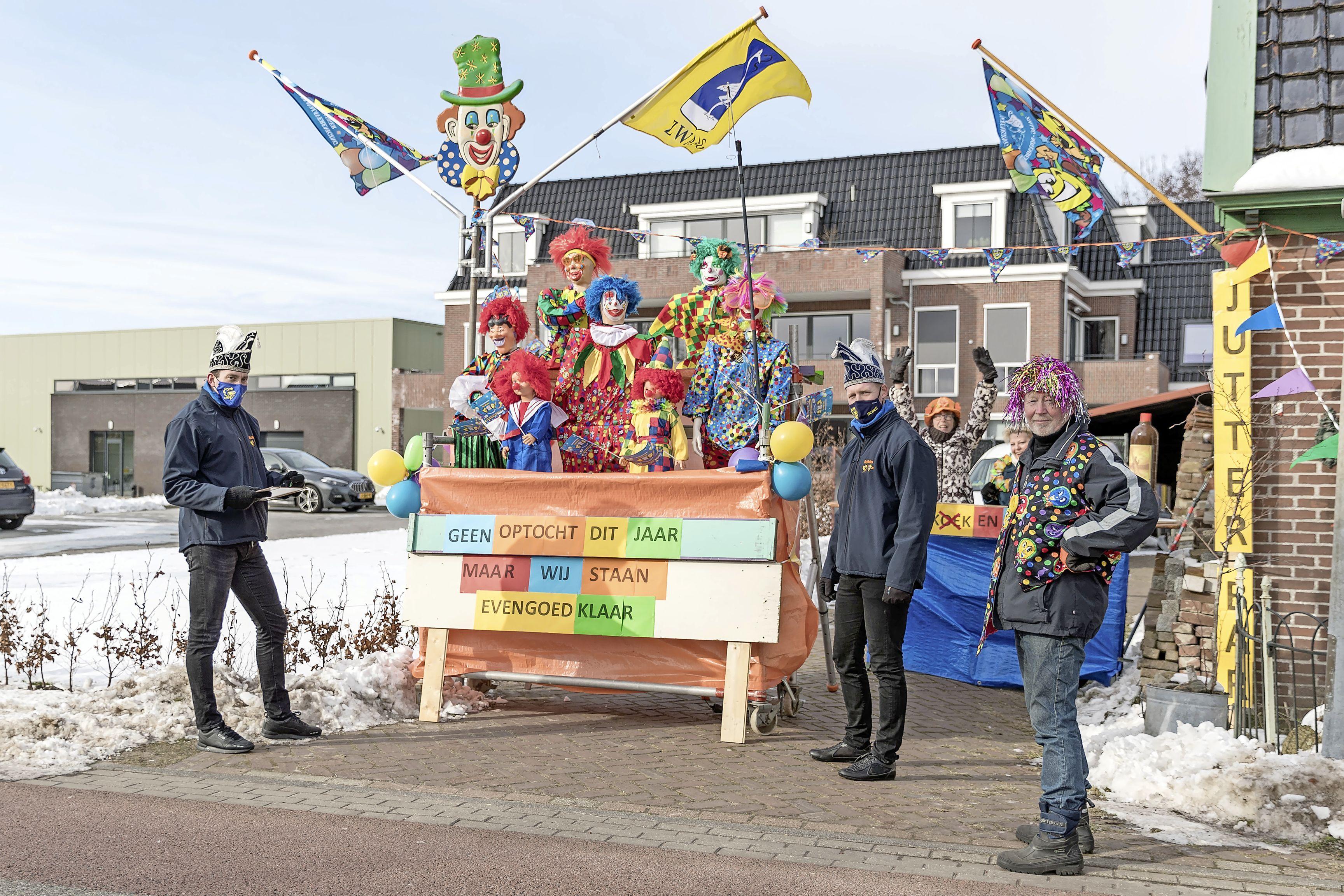 Geen praalwagens in Zwaag, maar creatieve bewoners tuigen huizen op in carnavaleske sferen.