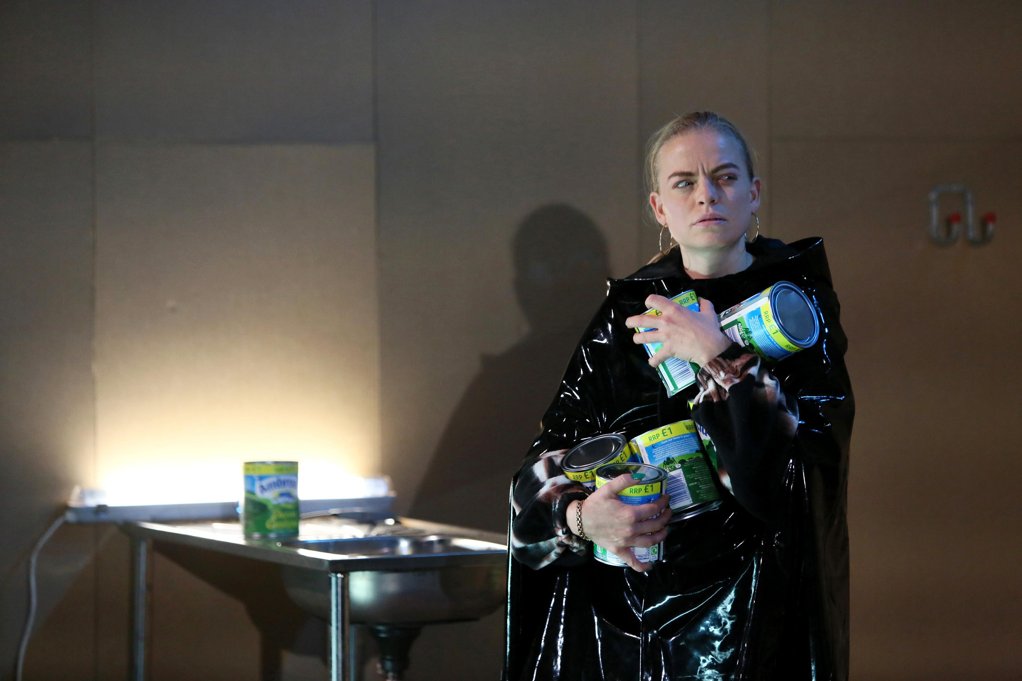 Recensie: The Beauty Queen of Leenane van Toneelschuur Producties is grimmig, gruwelijk maar ook grappig