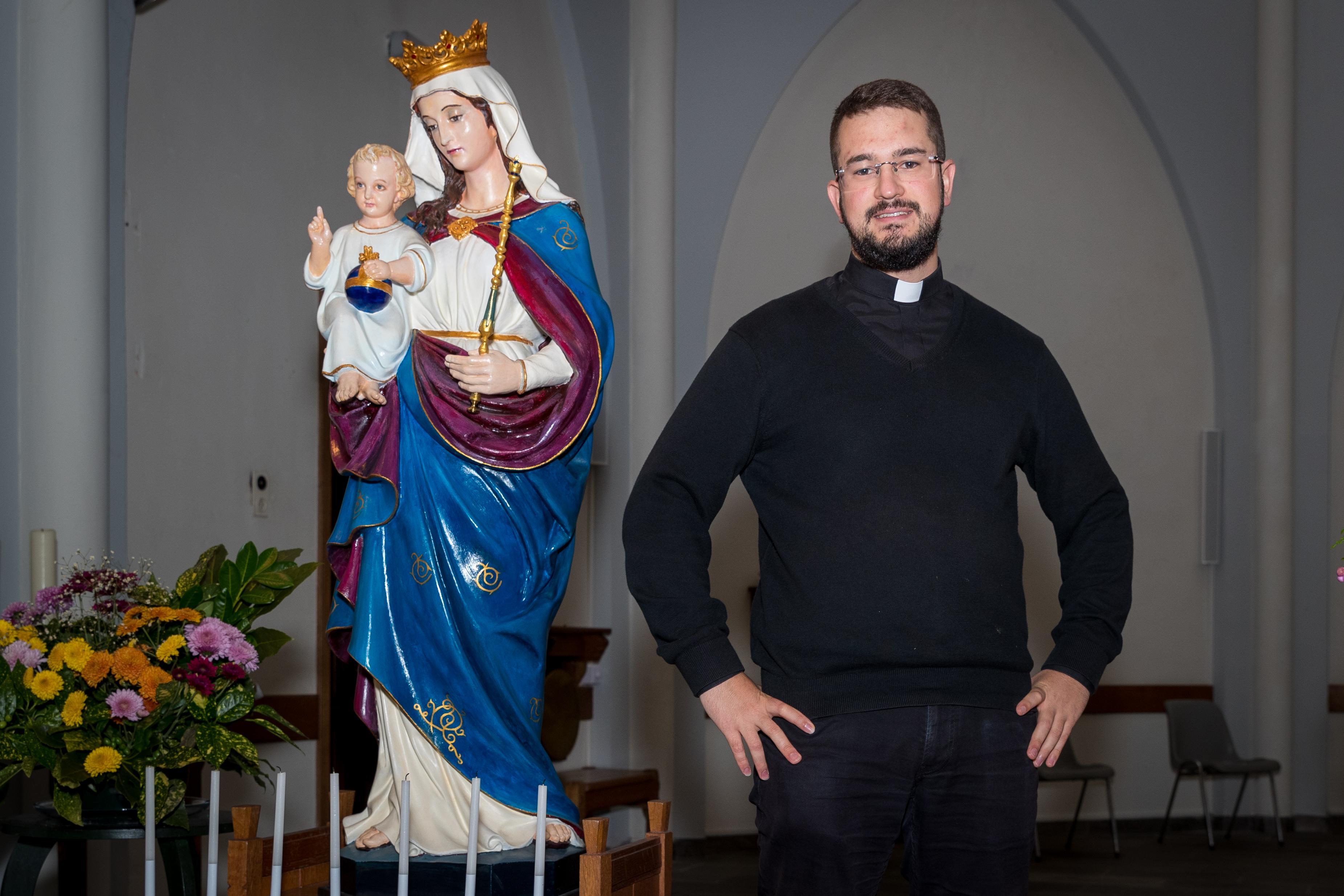 Jonge priester Juan Andrés Correa del Río uit Chili, die er vroeger van droomde om een rockster te zijn, voelt zich thuis in West-Friesland. 'Iedereen is heel lief voor me'