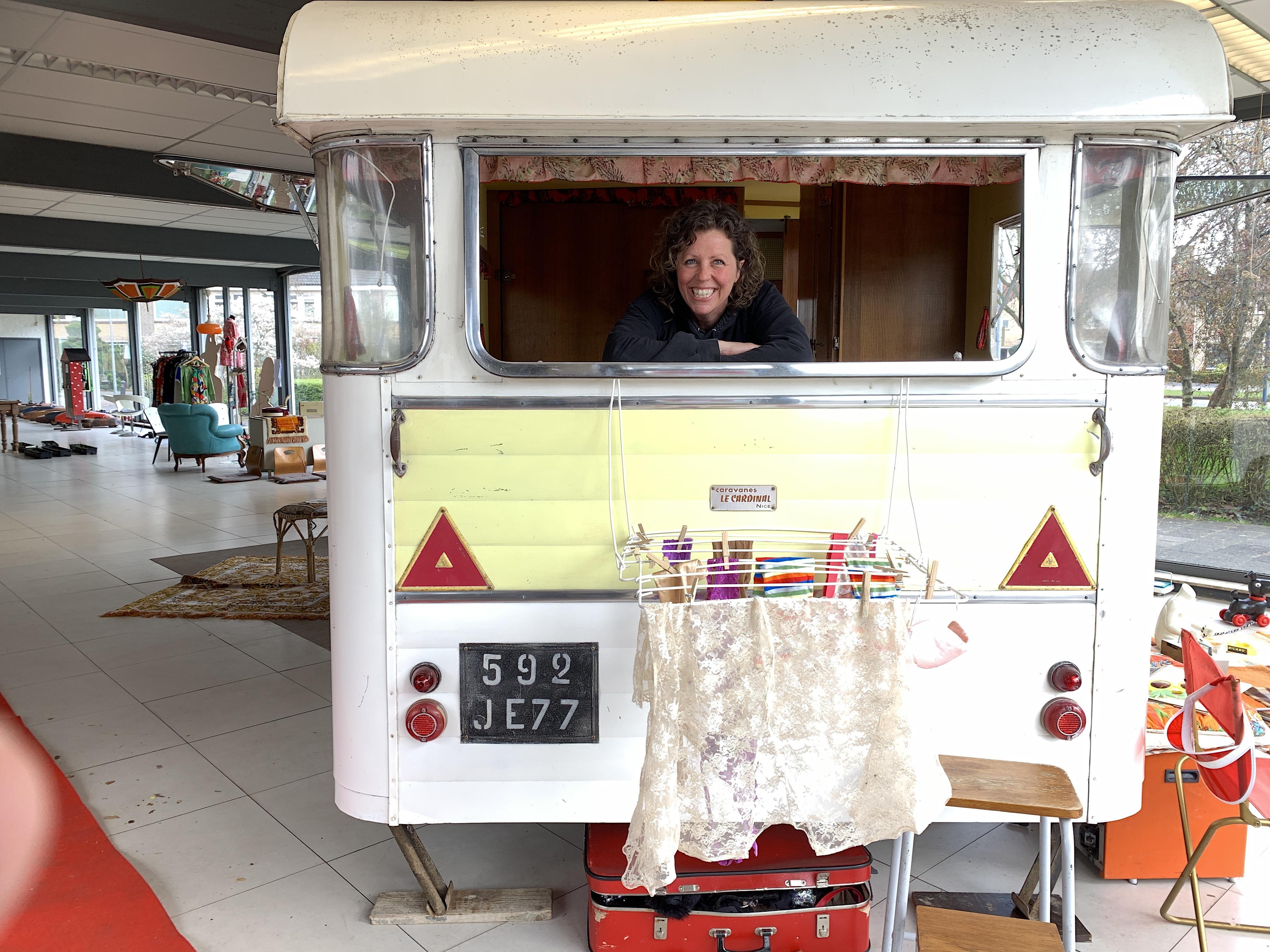 'Ik wil dingen redden van de moderne ondergang,' zegt de 42-jarige Annuska over haar bedrijfje 'Madame Caravane', een handel in retro-caravans