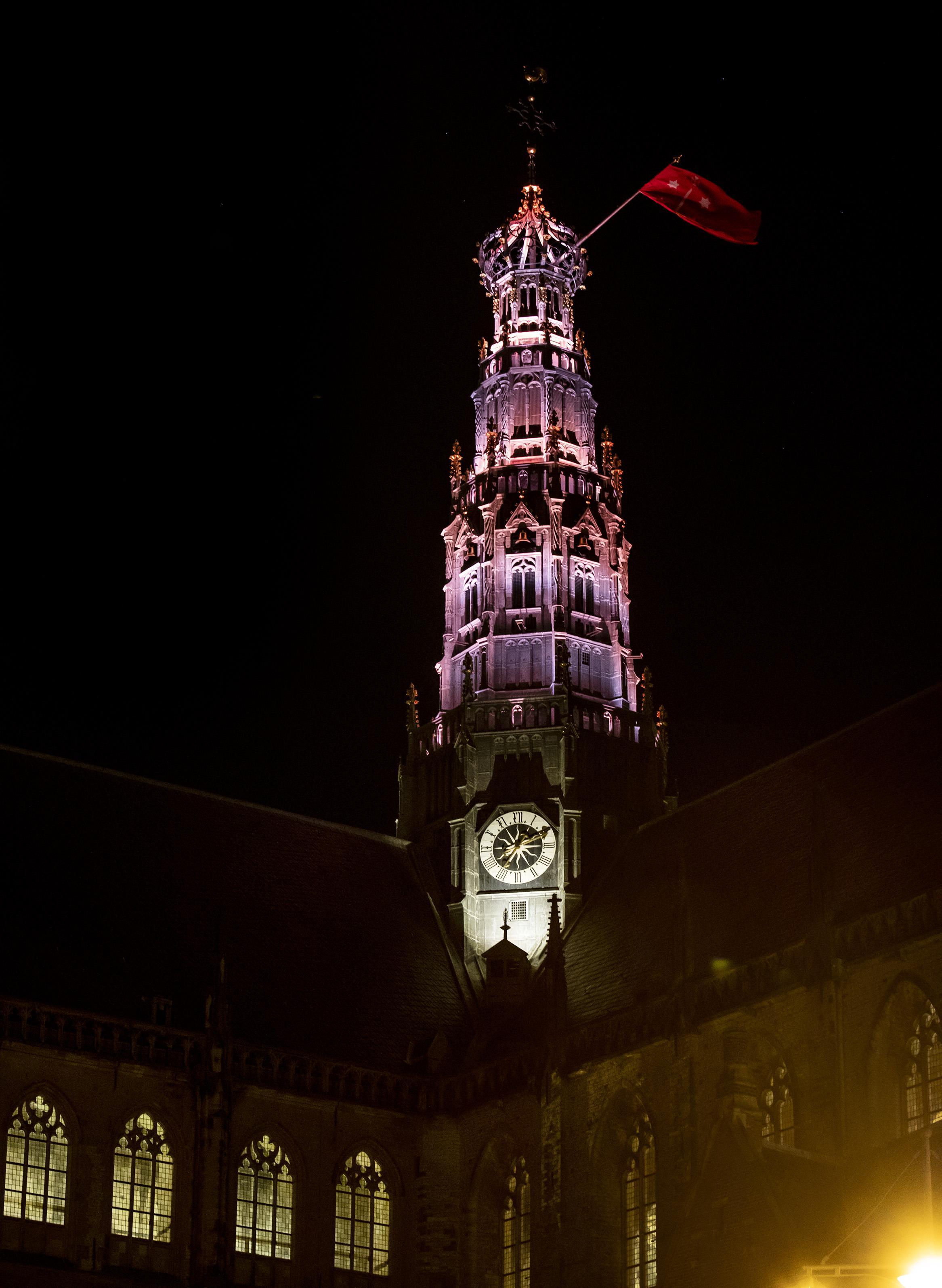 Haarlem 775: Nieuw Haarlem-lied klinkt rond verlichte Bavo-toren tijdens afsluitende 'Toost'[video]