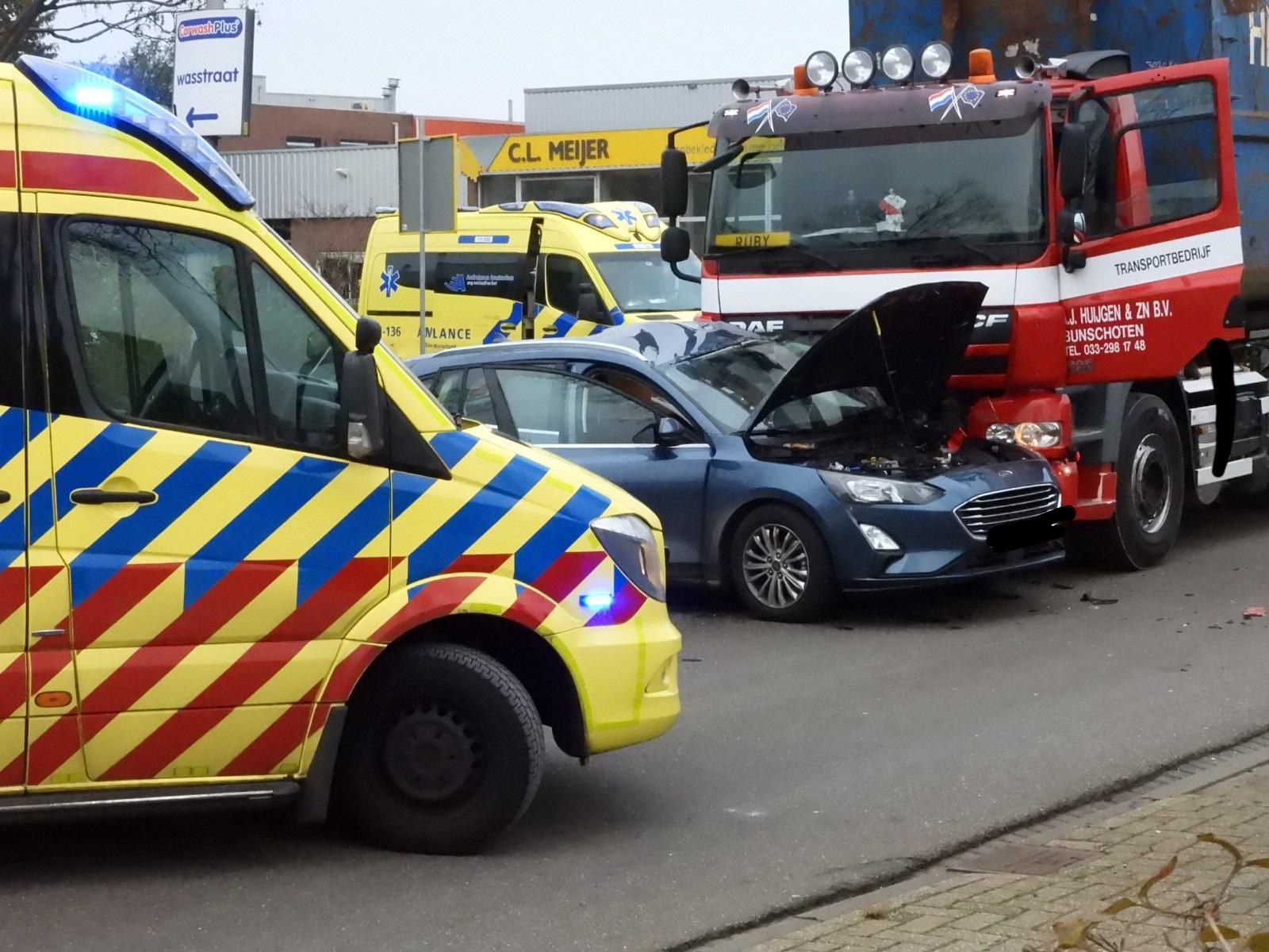 Vrachtwagen botst op personenauto in Purmerend, gezin met kind gewond