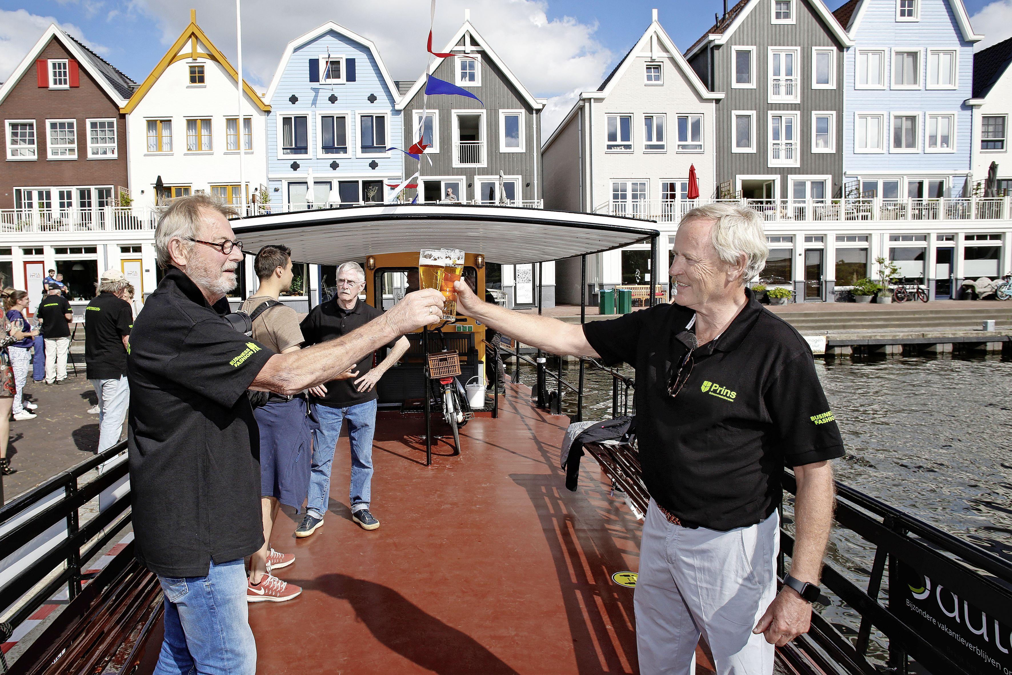 Het zat de verbouwers van het fietsveer in Oud-Loosdrecht niet mee, maar als het goed is kan de hypermoderne boot er nu weer een jaar of zeventig tegenaan