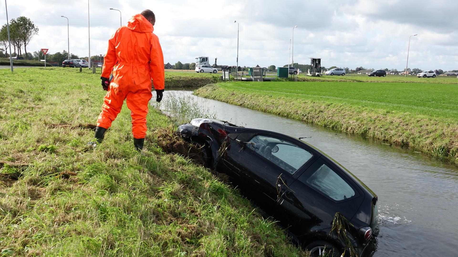 Omstanders halen automobilist uit water bij ongeluk in Wognum