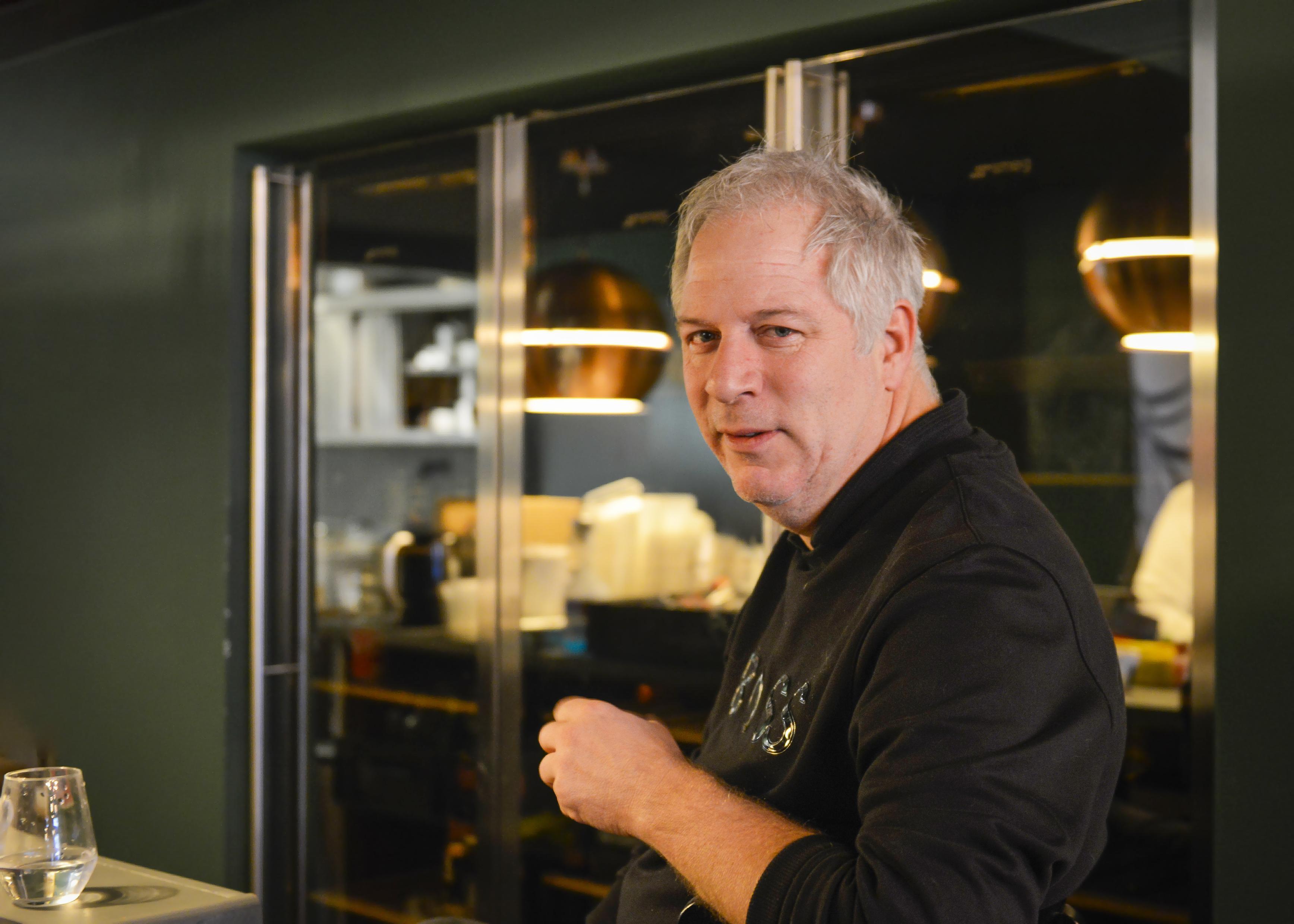Kok Eric Pekel gaat op Texel de strijd aan met de coronakilo's. In 17 dagen met lekkere culinaire menu's minstens vijf kilo afvallen