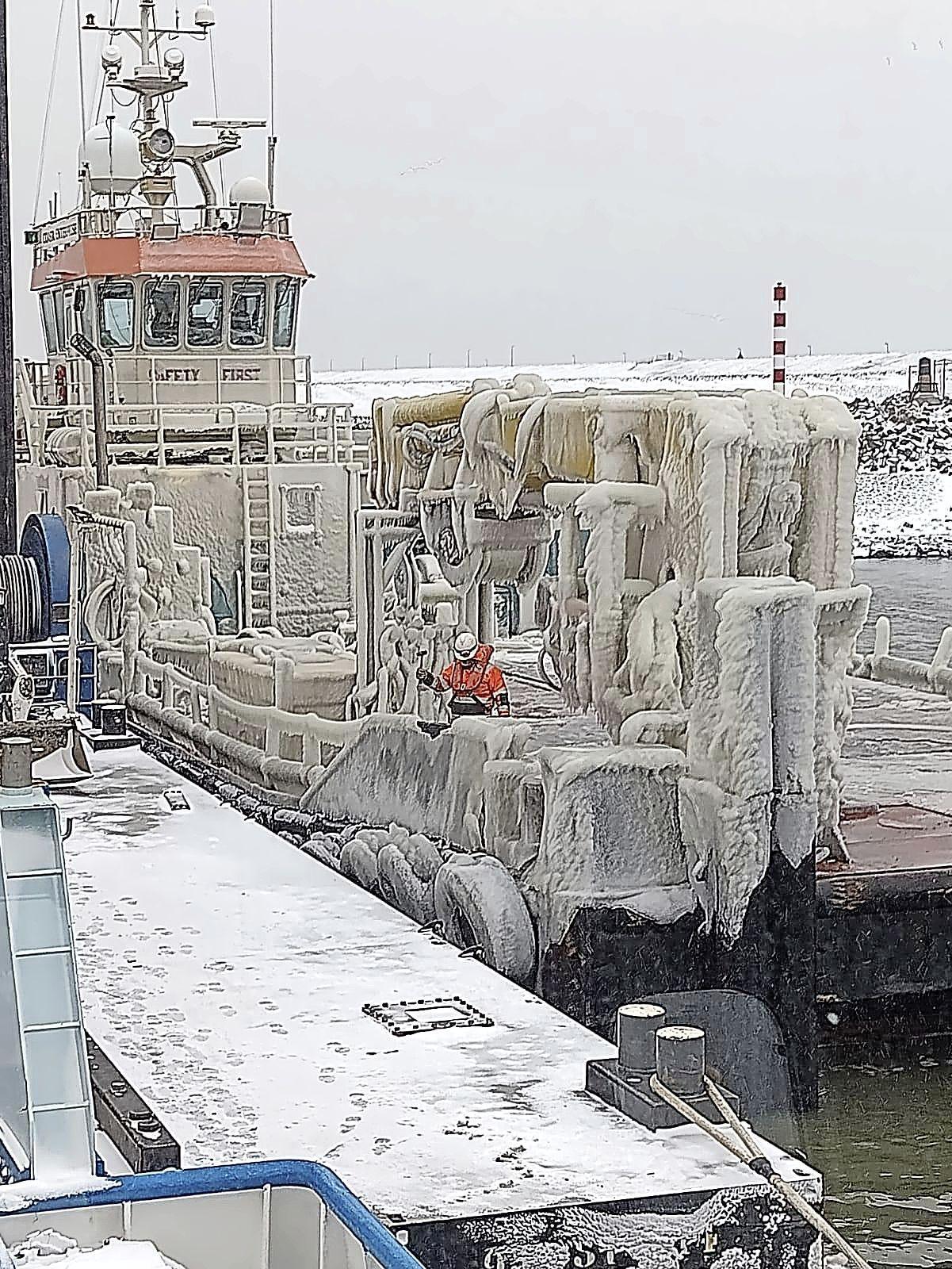 Nova Zembla in Den Oever. Werkschip zwaar onder het ijs en voorwerpen op de wal die onherkenbaar zijn
