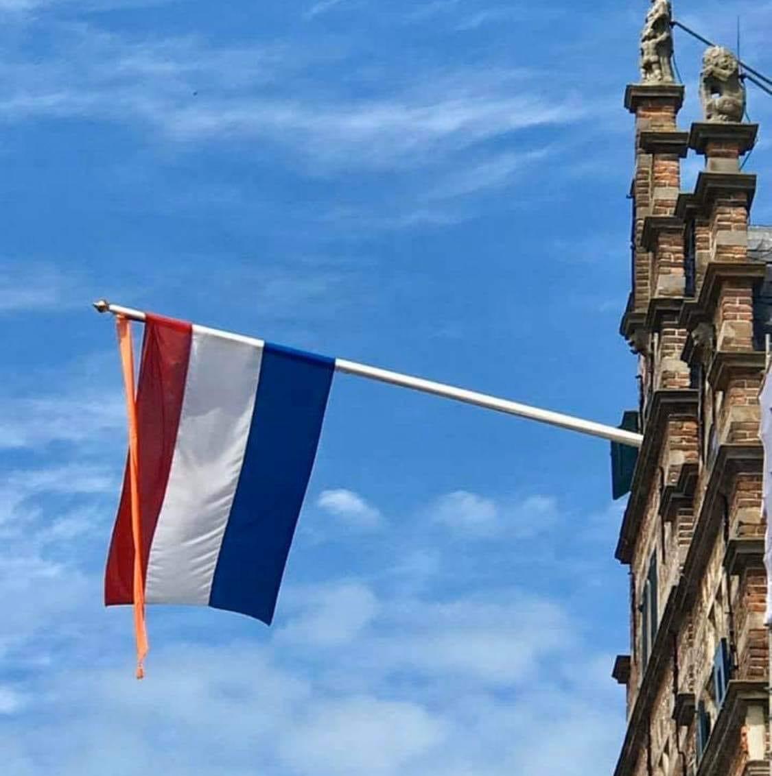Beroering over ontbreken vlag stadhuis Naarden en kerken; gebouwen niet veilig bevonden voor uithangen nationale driekleur