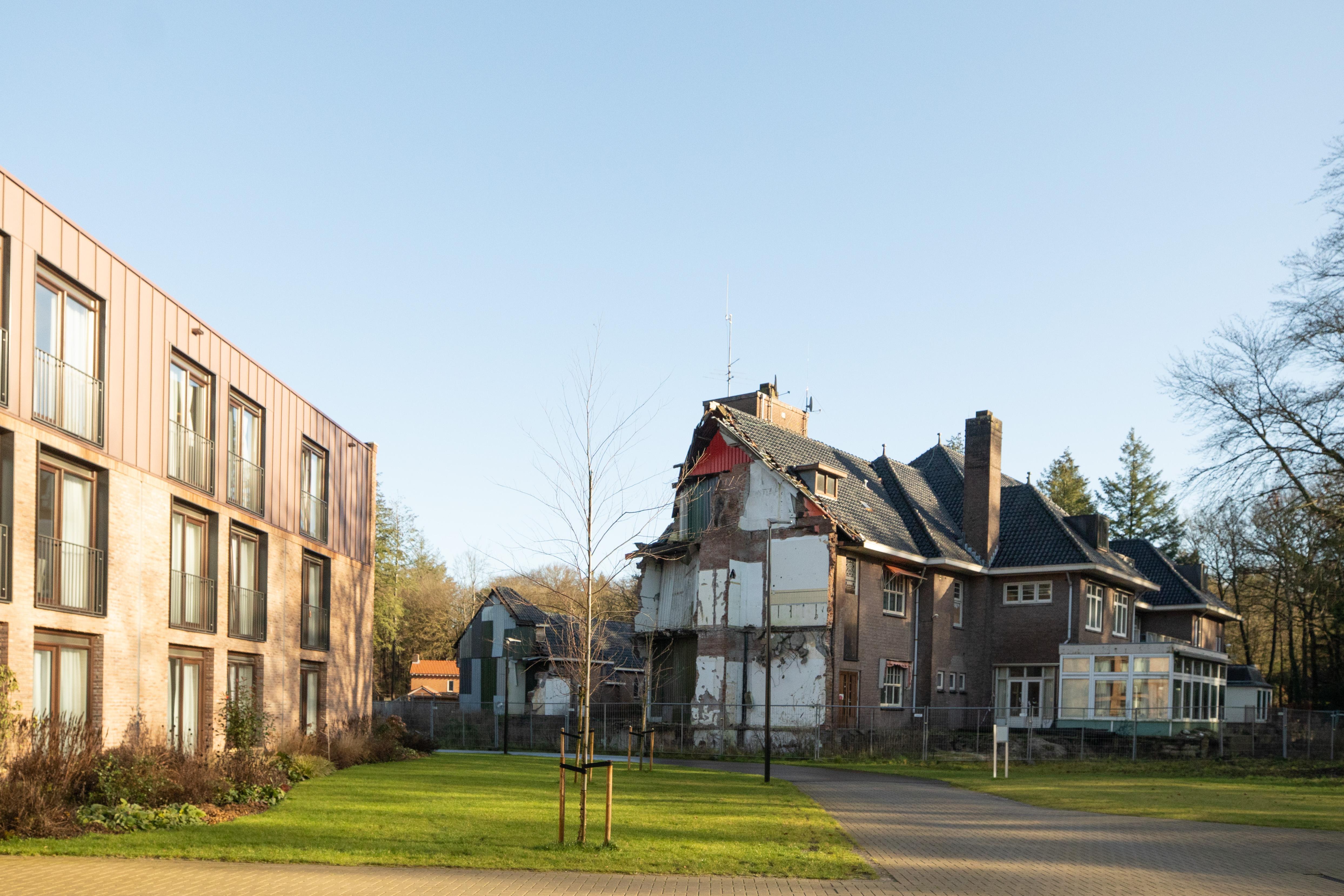 Lage Vuursche mort over 'geamputeerd oud klooster, een lelijk litteken'; CDA dringt aan op handhaving door Baarn