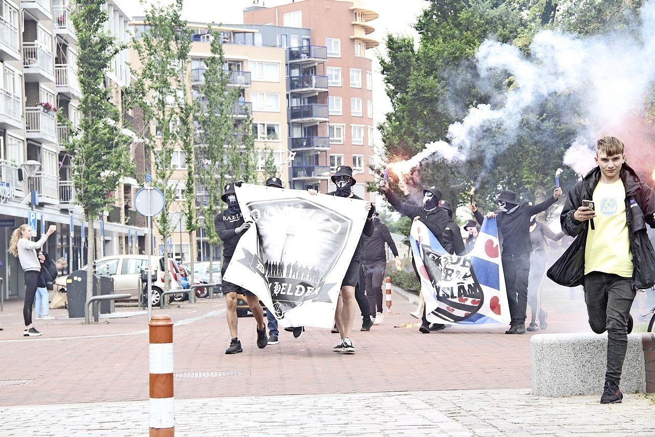 Geschrokken reacties na intimiderende demonstratie van gemaskerde Defenders. 'Waarom laten ze hun gezicht niet zien? Er is niets mis met de boodschap die ze uitdragen'