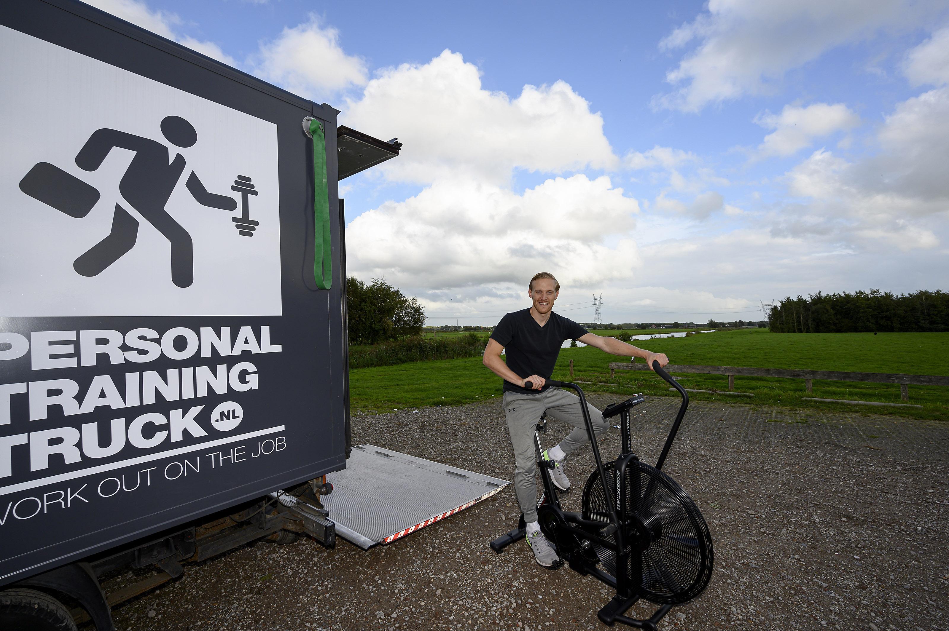 Buiten fitnessen is de nieuwe trend; Joris van der Worp heeft al langer een sportschool op wielen. 'Toch heb ik ook veel last van de coronacrisis'