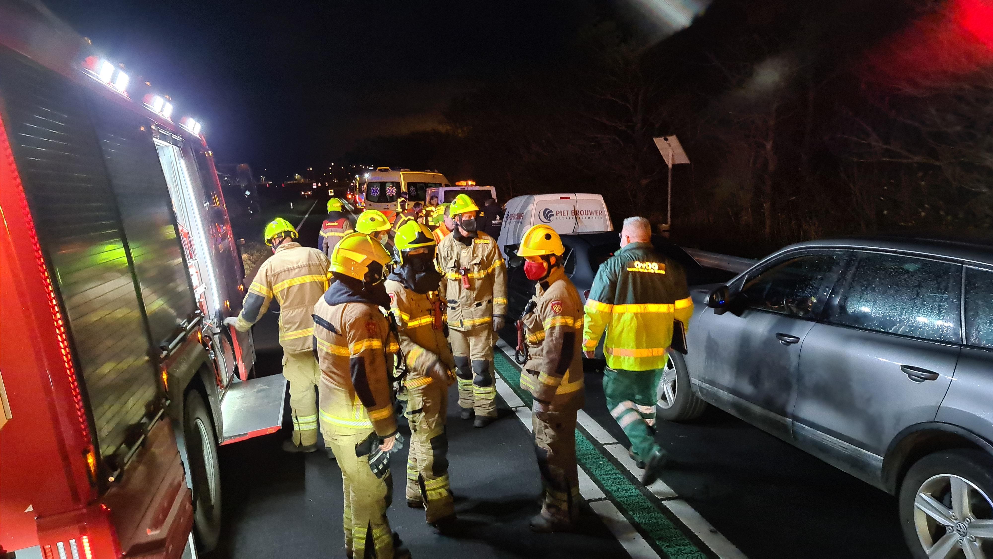 Negen voertuigen betrokken bij kop-staartbotsing op N99 bij Breezand, drie gewonden