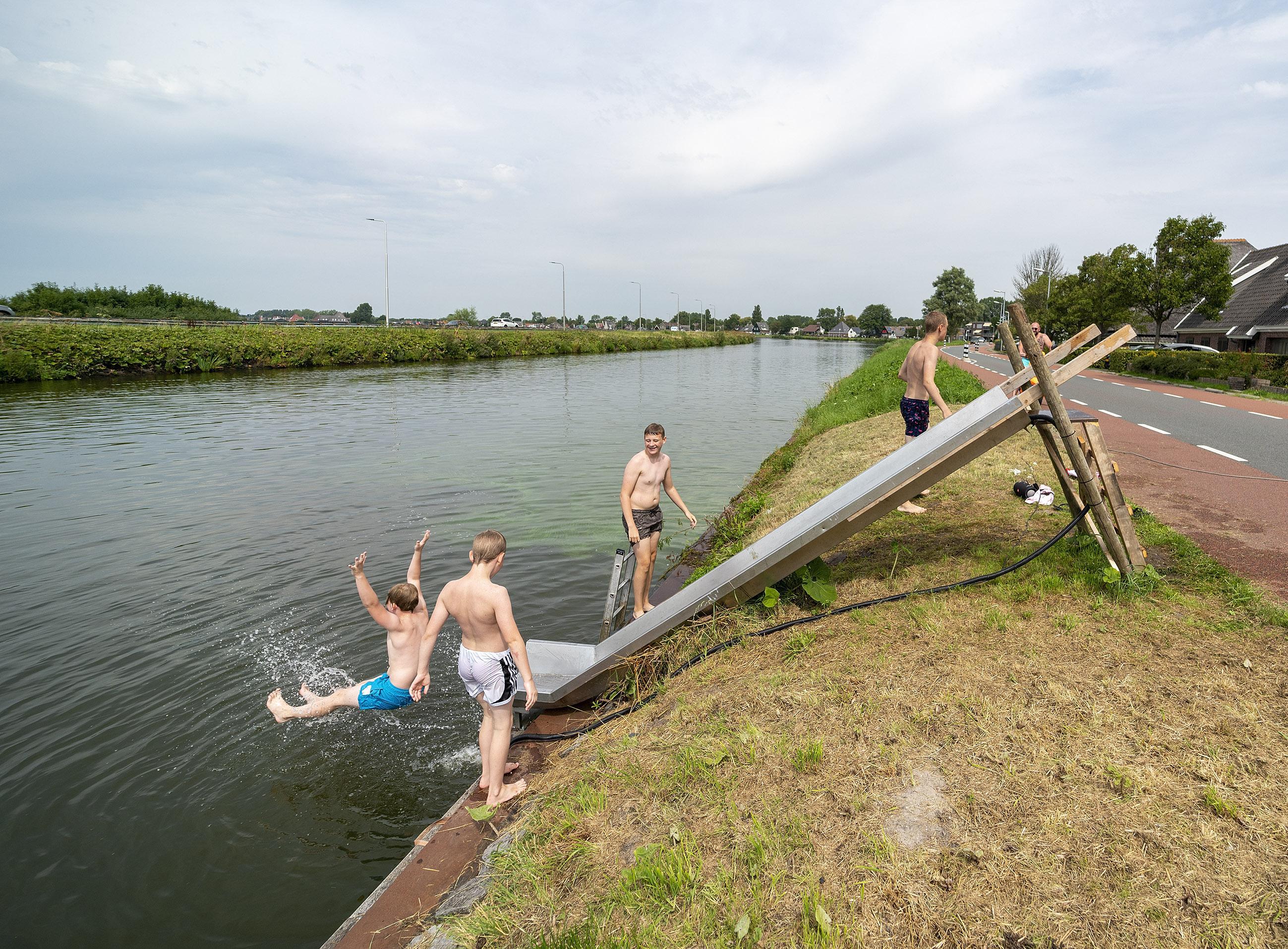 Frisse plons in Noordhollands Kanaal dankzij zelfgemaakt glijbaantje