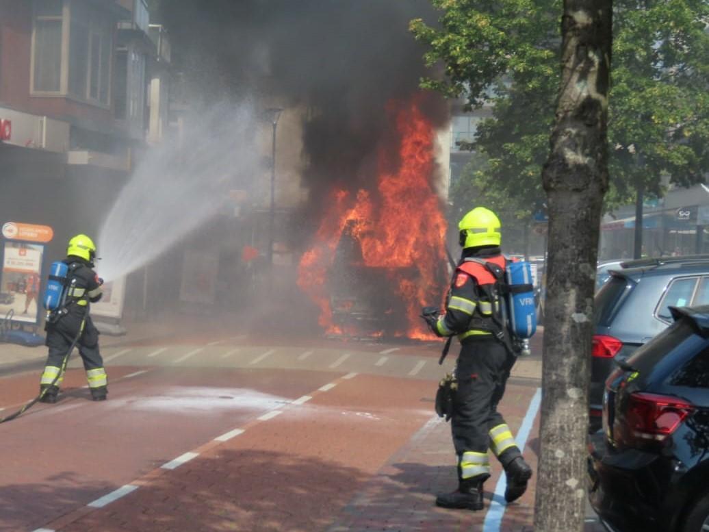 Busje volledig uitgebrand in centrum van Heemskerk [video]